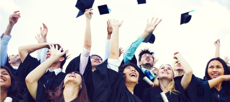 <h2>Procure se especializar</h2><p>Não pense que somente a graduação será o grande diferencial para conquistar uma vaga no mercado de trabalho. Com a crise financeira enfrentada pelo país, qualquer área profissional está acirrada.</p><p>Para ocupar um lugar na empresa, ofereça mais do que seu diploma de Ensino Superior: procure se especializar, faça cursos e participe de programas de trainee. Amplie o seu currículo o quanto puder!</p><p></p><h2>Seja analítico e criativo</h2><p>Ofereça um olhar mais analítico para os assuntos que permeiam a sua área profissional. O mercado busca cada vez mais profissional com tom crítico. Aponte alternativas inovadoras e ideias para agregar à evolução da empresa.</p><p>Portanto, seja criativo, dinâmico e disposto a emplacar discussões evolutivas para se tornar uma recém-formado com grandes chances de ingressar ao mercado de trabalho.</p><p></p><h2>Foque em parcerias com outros profissionais</h2><p>Se mesmo com o diploma universitário em mãos estiver complicado descolar uma vaga de trabalho, procure fechar parcerias com profissionais que já atuam na sua área. A medida serve como porta de entrada para os recém-formados.</p><p>Além de saber como realmente funciona o mercado de trabalho, você poderá ampliar a lista de contatos e se deparar com um leque de oportunidades para, posteriormente, seguir o seu próprio caminho profissional.</p><p></p><h2>Junte capital para abrir seu próprio negócio</h2><p>Uma vez inserido no mercado de trabalho a experiência adquirida colocará você em condições de ter o próprio negócio. Porém, o projeto não se concretizará sem um capital de investimento.</p><p>Essa também é uma dica importante para os recém-formados que ainda não foram inseridos no mercado de trabalho. Por isso, junte dinheiro na fase da universidade, trace metas e faça um bom planejamento para que o seu empreendimento prospere e renda o retorno esperado.</p><p></p><h2>Invista em marketing</h2><p>Se a sua decisão for realmente abrir o próprio ne