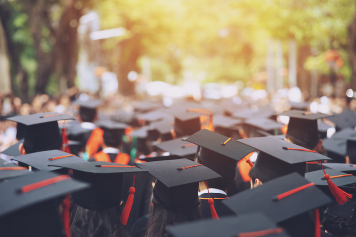 <p dir=ltr><span>El Informe de Matrícula 2019, elaborado por el Servicio de Información de Educación Superior (SIES), precisó que 1.194.311 estudiantes de pregrado asistieron a Universidades, Institutos Profesionales (IP) y Centros de Formación Técnica (CFT). La diferencia entre ellos está dada por el tipo de carreras y grados que imparten.</span></p><p dir=ltr><span>La universidad ofrece carreras profesionales y técnicas de nivel superior y puede otorgar grados como licenciado, magíster y doctor. Por su parte, los IP imparten programas profesionales y técnicos de nivel superior como las universidades, pero a diferencia de ellas no dan grados académicos. Los CFT ofrecen solamente carreras de nivel técnico superior.</span></p><p dir=ltr><span>Según el estudio del SIES, las carreras que tuvieron mayor matrícula de 1er año en las universidades en 2019 fueron Ingeniería Comercial (9.896 estudiantes), Derecho (9.061), Psicología (8.370) y Enfermería (6.379). Las mayores alzas se observaron en Ingeniería Civil Industrial (8,8%) y Psicología (6,8%), en tanto que las mayores disminuciones se dieron en Kinesiología (-8,5%) Trabajo Social (-7,8%) y Contador Auditor (-6,8%).</span></p><p dir=ltr><span>En los IP, los programas con más matrícula de 1er año fueron Técnico en Enfermería (9.093 inscritos), Técnico en Administración de Empresas (7.126) y Técnico Asistente de Párvulos (5.976). Los que exhibieron un destacado aumento de matrícula fueron Ingeniería en Computación e Informática (21,9%), Ingeniería en Mecánica Automotriz (9,4%) y Técnico en Computación e Informática (7,4%). Los descensos se apreciaron en Técnico en Administración de Empresas (-20,6%) y Técnico Asistente de Párvulos (-20,9%).</span></p><p dir=ltr><span>En los CFT, en tanto, las carreras con mayor ingreso de 1er año fueron Técnico en Enfermería (6.880 alumnos), Técnico en Administración de Empresas (6.546) y Técnico Asistente de Párvulos (4.675), igual tendencia que los IP. Los planes académicos que lograr