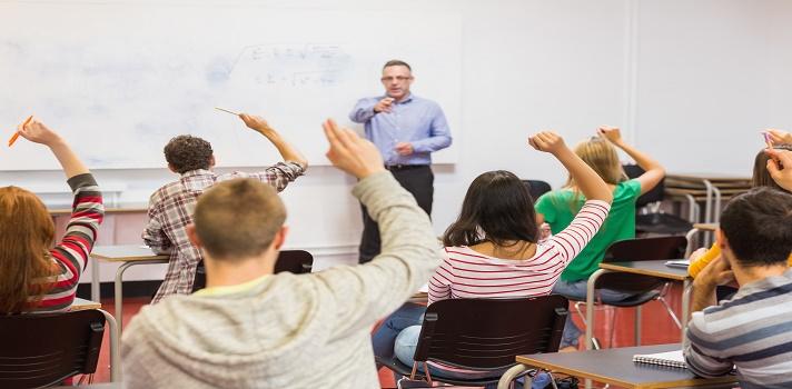 """<p>Al momento de presentar un nuevo tema es importante tener en cuenta el método y la dinámica a utilizar. Algunos temas pueden ser de gran complejidad pero todos los estudiantes pueden llegar a comprenderlo sin problemas recurriendo al método indicado. Descubrí a continuación cómo podés <a title=6 cualidades de un buen profesor href=https://noticias.universia.com.ar/educacion/noticia/2015/08/13/1129734/6-cualidades-buen-profesor.html>tener éxito al enseñar</a>.<br/></p><p><span style=color: #ff0000;><strong>Lee también</strong></span><br/><a style=color: #666565; text-decoration: none; title=Aprendé a aprender: un curso gratuito que enseña las técnicas de aprendizaje más utilizadas href=https://noticias.universia.com.ar/educacion/noticia/2015/07/30/1129058/aprende-aprender-curso-gratuito-ensena-tecnicas-aprendizaje-utilizadas.html>» <strong>Aprendé a aprender: un curso gratuito que enseña las técnicas de aprendizaje más utilizadas</strong></a><br/><a style=color: #666565; text-decoration: none; title=Guía sobre el uso de Recursos Educativos Abiertos href=https://noticias.universia.com.ar/cultura/noticia/2015/07/31/1129132/guia-uso-recursos-educativos-abiertos.html>» <strong>Guía sobre el uso de Recursos Educativos Abiertos</strong></a> <br/><a style=color: #666565; text-decoration: none; title=3 formas de ser mejor docente con ayuda de tus alumnos href=https://noticias.universia.com.ar/consejos-profesionales/noticia/2015/07/24/1128813/3-formas-mejor-docente-ayuda-alumnos.html>» <strong>3 formas de ser mejor docente con ayuda de tus alumnos</strong></a></p><p></p><p><strong>1.Enseñá acorde a los estudiantes</strong></p><p>Según el portal Mindtools, existe una guía que incluye las diferentes formas de aprender. Fue desarrollada por Richard Felder and Barbara Soloman en los 80, y algunos de los estilos que describen son los siguientes:</p><ul><li>Los estudiantes que prefieren un <strong>""""aprendizaje sensorial""""</strong> son aquellos que aprenden con información práctic"""