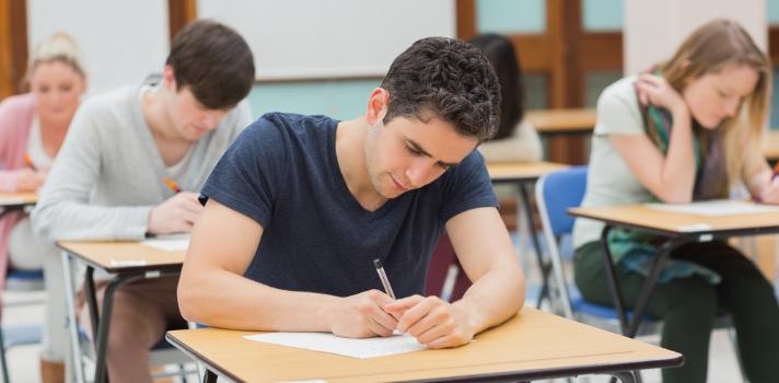 """A la hora de <strong>rendir un examen</strong> son muchos los estudiantes que habiendo estudiado y estando muy preparados entran en <strong>pánico por los nervios</strong> y se bloquean. Chequea nuestros consejos para que esto no te suceda y la próxima vez que te enfrentes a un examen los nervios no te jueguen en contra. <br/><br/><br/>Hace un tiempo redactamos un artículo con tips para <a href=https://noticias.universia.com.ec/educacion/noticia/2015/05/20/1125366/consejos-realizar-examen-tipo-test.html target=_blank>realizar un examen de tipo test</a>, y en éste nos enfocaremos en cómo aplacar los nervios ante un examen del tipo de los que debes desarrollar las respuestas. Conoce a continuación algunos consejos que pueden resultarte útiles.<br/><br/><div class=help-message><h4>¿Qué tan preparado llegas a los exámenes? ¡Descúbrelo a través de un test!</h4><a href=https://test.universia.net/examenes/social?utm_source=U13&utm_medium=FB&utm_campaign=Testexamenes class=enlaces_med_registro_universia button01 target=_blank id=TEST_CAPTACION>Más info</a></div><br/><br/><h2>4 consejos que te ayudarán a ahuyentar el pánico a la hora de un examen</h2><strong><br/>1 – Tómate tu tiempo para pensar que están preguntando</strong><br/><br/>Uno de los problemas más frecuentes ante un examen viene de la """"<strong>comprensión lectora</strong>""""; por el poco tiempo del que disponen, los estudiantes se apuran en empezar a contestar. <br/><br/>Es mejor <strong>invertir unos minutos para analizar bien cada pregunta</strong>, qué es lo que se pide y cómo deberías contestarla antes de empezar a escribir lo primero que se te viene en mente. <br/><br/><strong><br/>2 – Ten un borrador aparte</strong><br/><br/>Una técnica que puede resultarte muy útil es la de <strong>tener una hoja como borrador</strong>y no escribir directamente sobre la que entregarás. <br/><br/>Si escribes desde el principio en la que vas a entregar a los docentes, te preocupas por la prolijidad y la redacción (entre otros """