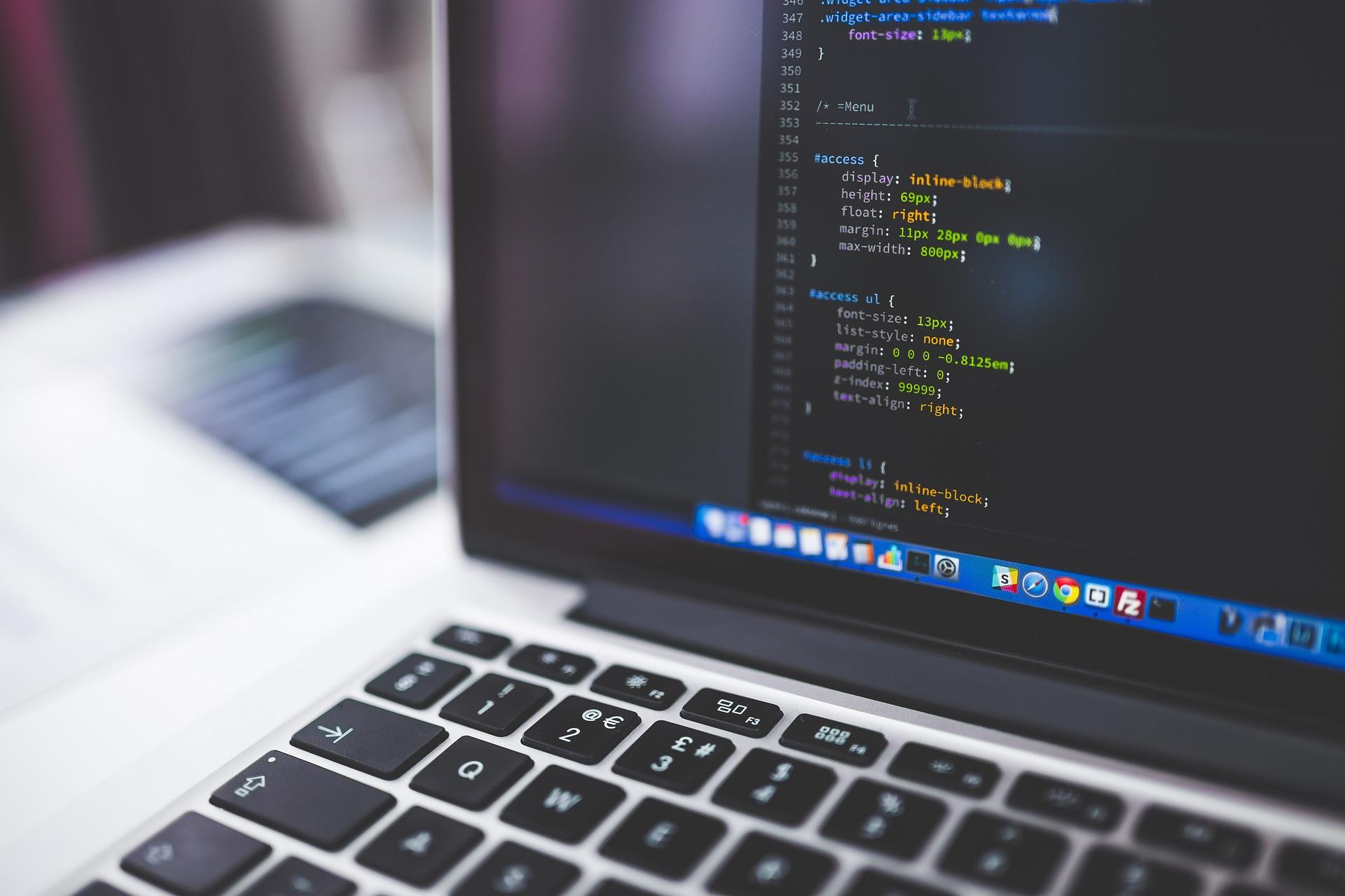 <h2><strong>1. Lenguajes de programación</strong></h2><ul><li><strong>HTML5.<span></span></strong>El diseño web no se puede entender sin HTML5. Es verdad que no es un lenguaje de programación, pero sigue siendo una pieza básica para estructurar y presentar los contenidos de una página web. Gracias al HTLM 5 los navegadores como Firefox, Chrome, Explorer, Safari y otros son capaces de mostrar una web, identificar dónde están sus elementos, dónde se deben colocar las imágenes y situar el texto… todo. Así que si tienes previsto embarcarte en el mundo del desarrollo web, empieza a familiarizarte con las etiquetas<span></span><strong>article, header y footer, embed, canvas, section</strong><span></span>y muchas más porque te permitirán diseñar páginas increíbles.</li><li><strong>Javascript</strong>. Los contenidos interactivos y dinámicos tienen nombre propio. Hoy en día no hay página web con un mínimo de calidad que no incluya elementos atractivos, ágiles y movibles, y las ventajas de Javascript se sitúan precisamente ahí, en el front-end. Javascript es seguro, fiable, fácil de usar, compatible con la mayoría de navegadores e integrable en HTML5. Y, sobre todo, es un idioma que entiende todo el mundo: su importancia se basa en su éxito porque lo usa cerca del 80% de los desarrolladores, y el 95% de los sitios web lo llevan incorporado. Por eso hay que dominarlo.</li><li><strong>Python.</strong><span></span>Aunque es un lenguaje veterano, no se puede decir que sea antiguo, todo lo contrario: acumula todas las virtudes de la experiencia y por eso sigue siendo uno de los más deseados. Según una encuesta realizada por la empresa Hackerrank entre miles de desarrolladores, el lenguaje open source Phyton sigue siendo uno de los más interesantes decara al futuro. La programación de Python no solo está orientada a objetos y a aplicaciones de juegos, web o escritorio, sino que es troncal para la informática científica y herramientas como el Big Data. De hecho, es capaz de convert