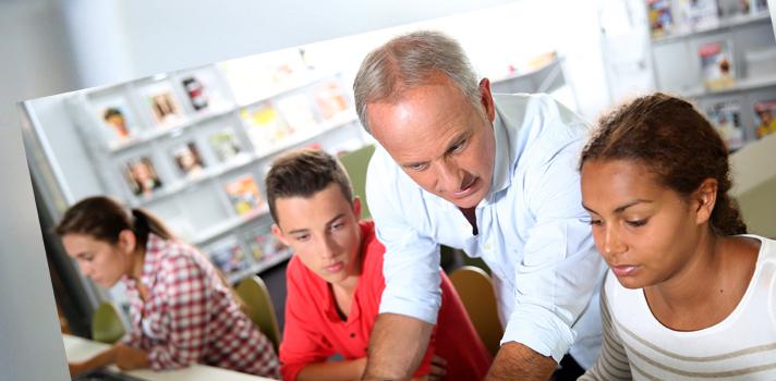 <p>Muitos professores têm observado que os alunos estão cada vez mais conectados e dependentes de ferramentas tecnológicas. Diante de um cenário marcado pelo <strong>avanço da tecnologia</strong>, um dos principais desafios do educador é conseguir <strong>adaptar as aulas para manter o interesse dos alunos</strong>, mesmo com as constantes distrações que aparelhos como celulares podem provocar em sala de aula.</p><p></p><p><span style=color: #333333;><strong>Veja também:</strong></span><br/><a style=color: #ff0000; text-decoration: none; text-weight: bold; title=As principais tendências para a educação do futuro href=https://noticias.universia.com.br/destaque/noticia/2015/10/22/1132674/principais-tendencias-educacao-futuro.html>» <strong>As principais tendências para a educação do futuro</strong></a><br/><a style=color: #ff0000; text-decoration: none; text-weight: bold; title=Indicamos: 9 plataformas online para professores href=https://noticias.universia.com.br/destaque/noticia/2015/09/15/1131224/indicamos-9-plataformas-online-professores.html>» <strong>Indicamos: 9 plataformas online para professores</strong></a><br/><a style=color: #ff0000; text-decoration: none; text-weight: bold; title=Todas as notícias de Educação href=https://noticias.universia.com.br/educacao>» <strong>Todas as notícias de Educação</strong></a></p><p></p><p><strong>Sabendo disso, a seguir listamos <a title=Professor: conheça 3 erros comuns ao dar aulas usando tecnologia href=https://noticias.universia.com.br/destaque/noticia/2015/09/04/1130820/professor-conheca-3-erros-comuns-dar-aulas-usando-tecnologia.html>4 dicas para conciliar ensino e tecnologia da melhor forma</a></strong>. Confira abaixo e aprenda a tornar sua aula mais inovadora!</p><p></p><p><strong>1 - Proponha atividades online durante as aulas</strong><br/> É interessante realizar atividades que vão além do método de ensino convencional. Experimente combinar a tecnologia com os conteúdos vistos durante as aulas. Se possível, você