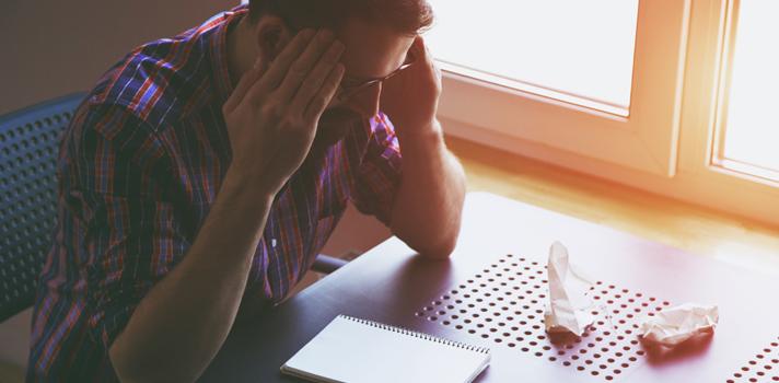 <p>Durante o ano letivo, muitos estudantes costumam <a title=4 hábitos para tirar boas notas href=https://noticias.universia.com.br/destaque/noticia/2015/10/02/1131917/4-habitos-tirar-boas-notas.html>desanimar quando tiram uma nota baixa</a>em uma prova ou não conseguem passar no vestibular. A rotina escolar é geralmente marcada por erros e acertos e, por isso, <strong>é importante que o aluno saiba lidar com as falhas para não repeti-las no futuro</strong>. Diante disso, cabe ao professor o papel de auxiliar nesse processo, mostrando aos estudantes como transformar uma experiência ruim em algo positivo.</p><p></p><p><span style=color: #333333;><strong>Você pode ler também:</strong></span><br/><a style=color: #ff0000; text-decoration: none; text-weight: bold; title=9 hábitos para potencializar o seu aprendizado href=https://noticias.universia.com.br/destaque/noticia/2015/07/27/1128935/9-habitos-potencializar-aprendizado.html>» <strong>9 hábitos para potencializar o seu aprendizado</strong></a><br/><a style=color: #ff0000; text-decoration: none; text-weight: bold; title=Estudante confira 3 estratégias para potencializar o seu aprendizado href=https://noticias.universia.com.br/destaque/noticia/2015/03/03/1120803/estudante-confira-3-estrategias-potencializar-aprendizado.html>» <strong>Estudante confira 3 estratégias para potencializar o seu aprendizado</strong></a><br/><a style=color: #ff0000; text-decoration: none; text-weight: bold; title=Todas as notícias de Educação href=https://noticias.universia.com.br/educacao>» <strong>Todas as notícias de Educação</strong></a></p><p></p><p><strong>Sabendo disso, listamos 4 atitudes que você deve ter para ajudar os alunos a enxergarem as falhas como um aprendizado</strong>. Confira a seguir:</p><p></p><p><strong>1 - Valorize a voz dos seus alunos</strong></p><p><strong>É importante que o professor mantenha</strong><strong>um diálogo aberto com os estudantes</strong> dentro e fora da sala de aula, oferecendo espaço para que eles