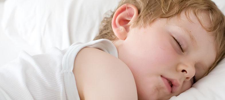 """<p>Não é segredo que dormir é fundamental para um bom aprendizado. Para as crianças, então, esse impacto pode ser ainda maior. <strong> Com boa parte de suas funções ainda em desenvolvimento, uma boa noite de sono pode fazer toda a diferença no rendimento </strong> – tanto escolar quanto fora dele – dos pequenos. Mas não são eles os únicos afetados: adolescentes também precisam de sono equilibrado.</p><p><span style=color: #333333;><strong>Leia também:</strong></span><br/><a href=https://noticias.universia.com.br/destaque/noticia/2015/11/13/1133693/falta-sono-pode-provocar-ganho-peso-calouros-aponta-estudo.html title=Falta de sono pode provocar ganho de peso em calouros, aponta estudo>» <strong>Falta de sono pode provocar ganho de peso em calouros, aponta estudo</strong></a><br/><a href=https://noticias.universia.com.br/ciencia-tecnologia/noticia/2012/11/06/980229/qualidade-do-sono-piora-com-chuva-aponta-estudo.html title=Qualidade do sono piora com a chuva, aponta estudo>» <strong>Qualidade do sono piora com a chuva, aponta estudo</strong></a></p><p><strong> Muito mais do que dormir por muitas horas, a qualidade do sono também desempenha um grande papel. </strong> Noites em que se desperta várias vezes também prejudicam o desempenho em uma proporção semelhante à privação do sono. Adeptos a serem """"corujas"""" os adolescentes estão no grupo mais afetado: eles tendem a deixar de dormir mesmo precisando acordar cedo no dia seguinte.</p><p>O problema é que <strong> esses hábitos, somados aos distúrbios de sono causados pela própria puberdade, podem acarretar em uma série de problemas. </strong> A capacidade cognitiva diminui, a memória sofre abalos e a capacidade de prestar atenção ou foca em uma aula – o que, nessa idade, já é bem difícil – cai bruscamente.</p><p><strong> A falta de sono tende a levar a uma dieta mais pobre </strong> – os famosos """"lanchinhos da madrugada"""" começam a se multiplicar e podem causar problemas – e também a um menor controle das emoções – que nu"""