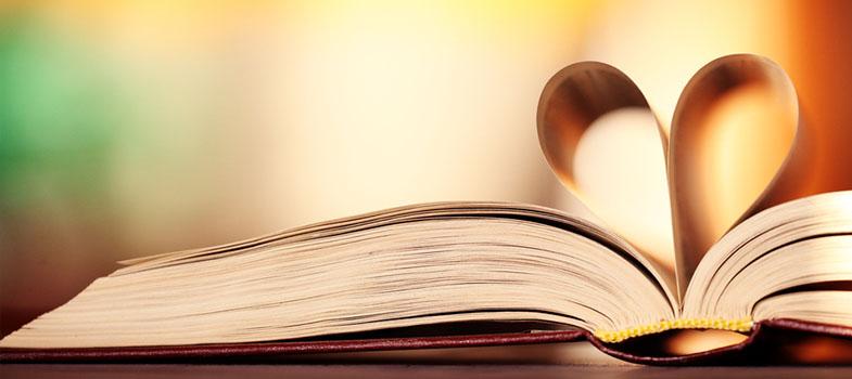 """<p>O <strong>amor pela leitura</strong> é desenvolvido cedo na vida por muitas pessoas, mas com o andamento da vida e as crescentes exigências do mundo moderno, não difícil que esse prazer acabe ficando no passado. Mas nem tudo está perdido! Se você está sentindo a distância entre você e os livros crescendo, ou se eles já foram abandonados no passado, <strong>leia as dicas a seguir para não deixar o seu amor pela leitura de lado</strong>.</p><p><span style=color: #333333;><strong>Leia também:</strong></span><br/><a href=https://noticias.universia.com.br/tag/livros-grátis title=Livros grátis>» <strong>Todas as notícias sobre livros grátis</strong></a><br/><a href=https://noticias.universia.com.br/educacao/noticia/2016/10/14/1144614/leitura-melhora-habilidades-cerebrais-apontam-pesquisas.html title=Leitura melhora as habilidades cerebrais, apontam pesquisas>» <strong>Leitura melhora as habilidades cerebrais, apontam pesquisas</strong></a></p><p><strong>1. Tire leituras obrigatórias do caminho rápido</strong><br/> Se você está estudando, seja para o vestibular ou para a faculdade, a sua fila de leitura provavelmente tem alguns itens que você não quer ler de verdade. É inevitável, por mais que você ame ler, alguns livros vão ser chatos. Mas você tem que os ler.</p><p>Livre-se da tarefa o mais cedo possível: planeje o número de páginas ou capítulos que você deve ler por dia para terminar a leitura a tempo para poder ler o que você gosta sem culpa. Ficar adiando a leitura só faz com que ela se acumule e torne todas as outras leituras menos prazerosas porque você sabe que deveria estra fazendo outra coisa.</p><p><strong>2. Leia o que você gosta</strong><br/> Amantes de livros caem facilmente na armadilha dos livros que você """"tem que ler"""". Livros complexos, que aquele amigo garantiu que vai mudar a sua vida, mas que você tem até medo de abrir. Não se torture com isso. Se você está lendo como entretenimento, escolha os livros que peguem a sua atenção, não os que você acredit"""