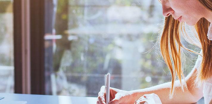"""<p><strong><a href=https://noticias.universia.com.br/destaque/noticia/2016/09/22/1143860/7-habilidades-faceis-aprender-vao-mudar-vida.html title=7 habilidades fáceis de aprender que vão mudar sua vida>Aprender algo novo nunca é fácil</a>.</strong> Seja uma nova língua, esporte ou atividade, as dificuldades estão lá, mas com as dicas certas é possível aprender qualquer coisa sem correr o risco de cair no chamado <strong>""""Buraco do Aprendizado</strong>. De acordo com o autor <strong>Seth Godin</strong>, as 5 razões para alguém cair nesse buraco são:</p><p><span style=color: #333333;><strong>Leia também:</strong></span><br/><a href=https://noticias.universia.com.br/educacao/noticia/2016/09/21/1143818/lembrar-90-aprende.html title=Como se lembrar de 90% do que você aprende>» <strong>Como se lembrar de 90% do que você aprende</strong></a></p><p><strong>1.</strong> Você fica sem tempo (e desiste)<br/><strong>2.</strong> Você fica sem dinheiro (e desiste)<br/><strong>3.</strong> Você se assusta (e desiste)<br/><strong>4.</strong> Você não leva a sério (e desiste)<br/><strong>5.</strong> Você perde o interesse (e desiste)</p><p><strong>Leia a lista a seguir para saber como combater esses males e não desistir de aprender algo novo:</strong></p><p><strong>1 - Sua mentalidade é mais importante que suas habilidades</strong><br/> Mesmo se você tiver todas as habilidades e recursos do mundo, eles não são muito úteis sem a mentalidade certa. Carol Dweck, autora do best-seller Mindset, defende que existem dois tipos de mentalidade: a mentalidade fixa e a mentalidade do crescimento.A <strong>mentalidade fixa</strong> rejeita o fracasso. Nela, erros são um sinal de que a atividade deveria ser abandonada, já que o sucesso é a afirmação da capacidade. Já a <strong>mentalidade do crescimento</strong> vê os fracassos como oportunidades de aprendizado, o que é bem mais produtivo.</p><p><strong>2 - Descubra como você aprende melhor</strong><br/> Estudos mostram que as pessoas aprendem melh"""