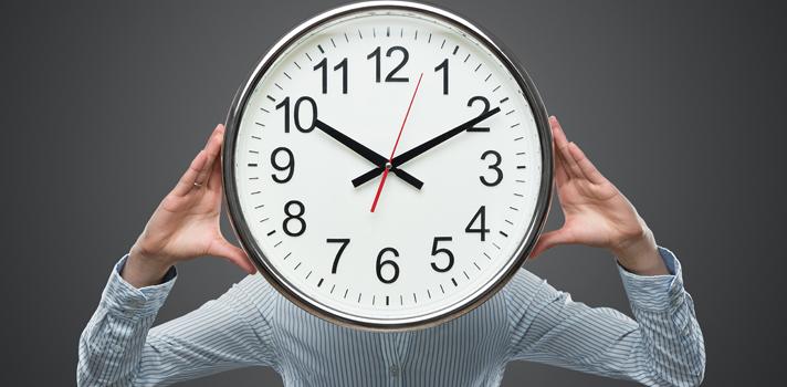 """<p>Um desafio enfrentado por muitos estudantes é o de conseguir <strong>administrar o próprio tempo de estudos</strong>. A quantidade de dispersões no dia a dia, como celular, televisão, internet e afins pode<a title=4 truques infalíveis para ter mais foco href=https://noticias.universia.com.br/carreira/noticia/2015/09/25/1131676/4-truques-infaliveis-foco.html>tirar o foco do aluno</a>fazendo com que ele não dê tempo de se preparar adequadamente para as provas.<br/><br/></p><p><span style=color: #333333;><strong>Você pode ler também:</strong></span><br/><a style=color: #ff0000; text-decoration: none; text-weight: bold; title=4 estratégias para administrar o próprio tempo durante os estudos href=https://noticias.universia.com.br/destaque/noticia/2015/11/18/1133805/4-estrategias-administrar-proprio-tempo-durante-estudos.html>» <strong>4 estratégias para administrar o próprio tempo durante os estudos</strong></a><br/><a style=color: #ff0000; text-decoration: none; text-weight: bold; title=7 razões pelas quais estamos sempre sem tempo href=https://noticias.universia.com.br/carreira/noticia/2015/09/16/1131320/7-razes-quais-sempre-tempo.html>» <strong>7 razões pelas quais estamos sempre sem tempo</strong></a><br/><a style=color: #ff0000; text-decoration: none; text-weight: bold; title=Todas as notícias de Educação href=https://noticias.universia.com.br/educacao>» <strong>Todas as notícias de Educação</strong></a></p><p><br/>Para evitar que isso ocorra, é necessário saber como manter a concentração no momento de estudar. Foi pensando nisso que <strong>separamos a seguir 4 dicas para conseguir administrar o seu tempo de estudos</strong>. Confira abaixo:</p><p><strong><br/>1 - Priorize as suas atividades</strong><br/> Imagine a seguinte situação: você é convidado para uma viagem com os amigos na semana que antecede uma prova importante. Nesse caso, por mais difícil que seja, você deve saber manter o foco no que é mais importante no momento e aprender a dizer """"não"""" quando for"""