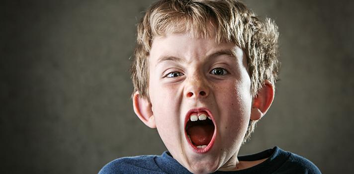 <p>Segundo estudo da <strong>Universidade de Michigan, nos Estados Unidos</strong>, crianças que fazem uso de estimulantes para distúrbio de atenção e hiperatividade, o chamado <strong>TDHA</strong>, <strong><a title=Entender o bullying é mais eficiente do que punir, indica artigo href=https://noticias.universia.com.br/destaque/noticia/2015/11/23/1133910/entender-bullying-eficiente-punir-indica-artigo.html>estão mais suscetíveis ao bullying do que as que não utilizam o medicamento</a></strong>.</p><p></p><p><span style=color: #333333;><strong>Você pode ler também:</strong></span><br/><br/><a style=color: #ff0000; text-decoration: none; text-weight: bold; title=Bullying homofóbico pode afetar futuro profissional dos alunos href=https://noticias.universia.com.br/destaque/noticia/2015/11/25/1134102/bullying-homofobico-pode-afetar-futuro-profissional-alunos.html>» <strong>Bullying homofóbico pode afetar futuro profissional dos alunos</strong></a><br/><a style=color: #ff0000; text-decoration: none; text-weight: bold; title=Lei antibullying para escolas e clubes é sancionada href=https://noticias.universia.com.br/destaque/noticia/2015/11/09/1133488/lei-antibullying-escolas-clubes-sancionada.html>» <strong>Lei antibullying para escolas e clubes é sancionada</strong></a><br/><a style=color: #ff0000; text-decoration: none; text-weight: bold; title=Todas as notícias de Educação href=https://noticias.universia.com.br/educacao>» <strong>Todas as notícias de Educação</strong></a></p><p></p><p>Nos Estados Unidos, <strong>esses estimulantes são feitos à base da folha de Cannabis</strong>, popularmente conhecida como Maconha. Em alguns estados do país, a droga é legalizada para fins medicinais e geralmente prescrita para tratamento de problemas psicológicos, como déficit de atenção e ansiedade, e também estresse.</p><p></p><p>A descoberta veio através de uma pesquisa feita com cerca de <strong>5.000 crianças em 5 escolas públicas americanas, durante 4 anos</strong>. Os psicólogos r