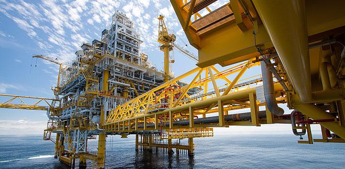 <p>O <strong>mercado de petróleo e gás</strong> é um dos setores mais ricos do mundo. Segundo uma pesquisa de 2013 feita pela Hays, empresa especializada em recrutamento para cargos de alta gerência, a remuneração média de um profissional do ramo no Brasil, que atue no setor de negócios, é de US$ 111.000 por ano.</p><p></p><blockquote style=text-align: center;><strong>Indicamos</strong>: cursos online com certificação <span style=text-decoration: underline;><a id=SHOPPING class=enlaces_med_ecommerce title=Indicamos: cursos online com certificação href=https://shopping.universia.com.br/ target=_blank>aqui</a></span></blockquote><p><span style=color: #333333;><strong>Você pode ler também:</strong></span><br/><br/><a style=color: #ff0000; text-decoration: none; text-weight: bold; title=4 cursos online grátis para ser um profissional melhor href=https://noticias.universia.com.br/destaque/noticia/2016/02/26/1136764/4-cursos-online-gratis-profissional-melhor.html>» <strong>4 cursos online grátis para ser um profissional melhor</strong></a><br/><a style=color: #ff0000; text-decoration: none; text-weight: bold; title=4 sites gratuitos para aprender sobre fotografia href=https://noticias.universia.com.br/destaque/noticia/2016/02/19/1136528/4-sites-gratuitos-aprender-sobre-fotografia.html>» <strong>4 sites gratuitos para aprender sobre fotografia</strong></a><br/><a style=color: #ff0000; text-decoration: none; text-weight: bold; title=Todas as notícias de Educação href=https://noticias.universia.com.br/educacao>» <strong>Todas as notícias de Educação</strong></a></p><p></p><p><strong><a title=Descubra como fazer a escolha profissional certa href=https://noticias.universia.com.br/carreira/noticia/2015/12/11/1134637/descubra-fazer-escolha-profissional-certa.html>Se você está pensando em seguir carreira na área</a></strong>, mas ainda tem dúvidas sobre como funciona este mercado, a internet pode dar uma ajuda. Com apoio da Total, uma das quatro maiores companhias de petróleo do 
