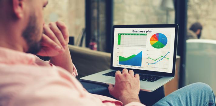 """Saber manejar el programa <strong>Excel</strong> es uno de los conocimientos indispensables para gran cantidad de trabajos en varias áreas; por lo que si estás """"flojo"""" en cuanto a tus conocimientos del programa, no te pierdas la oportunidad de <strong>estudiar Excel de forma gratuita, online</strong> y a través de <strong>cursos avalados por prestigiosas universidades</strong>. Descúbrelos a continuación. <br/><br/><br/>Como siempre aclaramos sobre los <strong>cursos online</strong>, estos se imparten de manera gratuita; aunque si luego quieres conseguir un certificado de participación este siempre tiene un costo (que varía según el curso). Optar por quedarse con el conocimiento de forma gratuita u obtener el certificado es una decisión personal de cada participante del curso.<br/><h2><br/><br/>5 cursos universitarios online y gratuitos para aprender Excel en menos de dos meses</h2><br/>1 –<a href=https://www.edx.org/course/excel-upvalenciax-xls101x-1 target=_blank>Excel por la Universidad Politécnica de Valencia<br/></a><br/>En este curso impartido por la Universidad Politécnica de Valencia aprenderás las herramientas más habituales de Microsoft Excel, desde lo más básico a los gráficos, funciones y tablas de datos.<br/><br/>Tiene una duración de ocho semanas y requiere una dedicación aproximada de cuatro horas semanales. <br/><br/><br/>2 –<a href=https://www.edx.org/course/excel-2-gestion-de-datos-upvalenciax-xls201x target=_blank>Excel 2: Gestión de datos por la Universidad Politécnica de Valencia</a><br/><br/>En el Excel 2: Gestión de datos impartido por la Universidad Politécnica profundizarás en las herramientas para el tratamiento y manejo de datos que ofrece Excel.<br/><br/>Tiene una duración de seis semanas y requiere una dedicación aproximada de cuatro horas semanales. <br/><br/><br/>3 – <a href=https://es.coursera.org/learn/excel-para-negocios target=_blank>Fundamentos de Excel para Negocios de la Universidad Austral</a><br/><br/> En el curso de Fundament"""