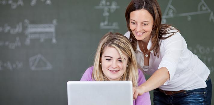 """<p>A <a title=5 vantagens dos cursos online href=https://noticias.universia.com.br/destaque/noticia/2015/10/08/1132144/5-vantagens-cursos-online.html><strong>educação online</strong></a> tem sido um recurso bastante útil para muitos professores. Sites como o <strong>Coursera e o Veduca</strong>, por exemplo, já disponibilizam aulas gratuitas para docentes. Nesse cenário, outra plataforma que pode ser útil é o <strong>Escolas Rurais.org</strong>, que oferece vários <strong>cursos online e gratuitos</strong> sobre assuntos ligados à educação.</p><p></p><p><span style=color: #333333;><strong>Veja também:</strong></span><br/><a style=color: #ff0000; text-decoration: none; text-weight: bold; title=ONU oferece curso online e gratuito sobre meio ambiente href=https://noticias.universia.com.br/destaque/noticia/2015/11/06/1133357/onu-oferece-curso-online-gratuito-sobre-meio-ambiente.html>»<strong>ONU oferece curso online e gratuito sobre meio ambiente</strong></a><br/><a style=color: #ff0000; text-decoration: none; text-weight: bold; title=Curso online ensina professores a gravar suas próprias videoaulas href=https://noticias.universia.com.br/destaque/noticia/2015/10/15/1132417/curso-online-ensina-professores-gravar-proprias-videoaulas.html>»<strong>Curso online ensina professores a gravar suas próprias videoaulas</strong></a><br/><a style=color: #ff0000; text-decoration: none; text-weight: bold; title=Todas as notícias de Educação href=https://noticias.universia.com.br/educacao>» <strong>Todas as notícias de Educação</strong></a></p><p></p><p>Para acessar o conteúdo, basta conferir se existem vagas disponíveis e fazer a inscrição online em seguida. O site disponibiliza a carga horária para cada programação. São diversos temas, que abordam desde assuntos como conhecimento colaborativo até fotografia. Para se inscrever em um curso, basta clicar em """"Registre-se"""".</p><p></p><p><strong>A seguir, separamos alguns cursos gratuitos oferecidos pelo site. Confira abaixo e bons estudo"""