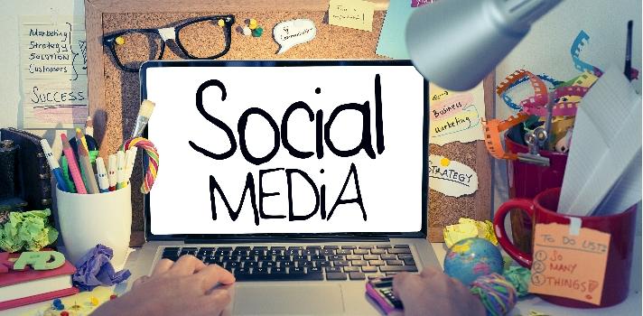 <p>Con la expansión de Internet han surgido todo tipo de trabajos y profesiones. Una de las más populares es la de <strong>Community Manager</strong>, una profesión ideal para todos los fanáticos de la tecnología, las redes sociales, la comunicación y los negocios. Si bien es una carrera bastante nueva, ya hay <strong>universidades que dictan cursos para su formación</strong>, entre los que se destacan los cursos online abiertos y masivos.<br/><br/></p><div class=help-message><h4>Regístrate en Universia para estar enterado de todos los cursos que surjan</h4><a href=https://usuarios.universia.net class=enlaces_med_registro_universia button01 target=_blank id=REGISTRO_USUARIOS>Más info</a></div><p><br/>El Community Manager es <strong>un especialista en gestión de comunidades en Internet</strong>, que se encarga de ejecutar diferentes estrategias de comunicación, publicidad y marketing con el fin de entablar un diálogo virtual enriquecedor entre una empresa y la comunidad de usuarios o clientes, y posicionar positivamente a la marca.<br/><br/></p><p><strong>El trabajo del Community Manager es muy dinámico </strong>y requiere de creatividad, motivación y sobre todo un profundo conocimiento sobre redes sociales, marketing e Internet. Dadas sus <strong>posibilidades de desarrollo</strong>, cada vez son más los jóvenes que buscan formarse para convertirse en profesionales de comunidades virtuales. Si es tu caso, te dejamos algunos cursos recomendados.</p><h2><br/><strong>Cursos online para convertirse enCommunity Manager</strong><br/><br/></h2><p><a href=https://es.coursera.org/learn/wharton-introduccion-marketing title=Introducción al Marketing target=_blank rel=me nofollow>Introducción al Marketing</a>: dictado por la Universidad de Pensilvania, en este programa se muestran las bases del Marketing considerando las más importantes estrategias, el posicionamiento de marca y una fuerte orientación al cliente.<br/><br/></p><p><a href=https://es.coursera.org/learn/mercadotecn