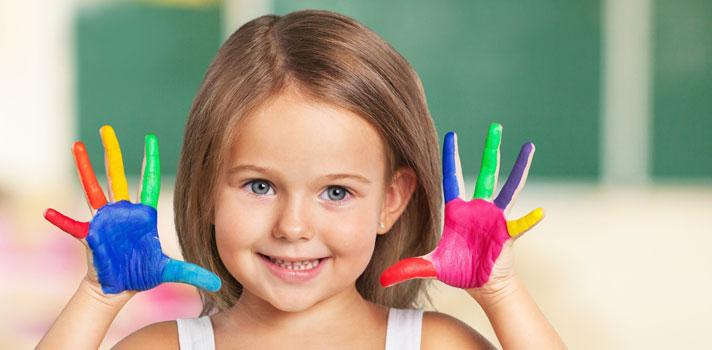 <p>Na quinta-feira (7), o senado aprovou o projeto que torna obrigatória a inclusão de <strong>aulas de dança e arte no ensino básico</strong> do País.</p><p></p><p><span style=color: #333333;><strong>Você pode ler também:</strong></span><br/><br/><a style=color: #ff0000; text-decoration: none; text-weight: bold; title=MEC lança aplicativo gratuito para estudar para o Enem href=https://noticias.universia.com.br/educacao/noticia/2016/04/06/1138017/mec-lanca-aplicativo-gratuito-estudar-enem.html>» <strong>MEC lança aplicativo gratuito para estudar para o Enem</strong></a><br/><a style=color: #ff0000; text-decoration: none; text-weight: bold; title=Aprender música na adolescência ajuda a desenvolver outras habilidades, diz estudo href=https://noticias.universia.com.br/destaque/noticia/2015/07/21/1128626/aprender-musica-adolescencia-ajuda-desenvolver-outras-habilidades-diz-estudo.html>» <strong>Aprender música na adolescência ajuda a desenvolver outras habilidades, diz estudo</strong></a><br/><a style=color: #ff0000; text-decoration: none; text-weight: bold; title=Todas as notícias de Educação href=https://noticias.universia.com.br/educacao>» <strong>Todas as notícias de Educação</strong></a></p><p></p><p>A lei, que antes só previa o ensino de música, passou a adotar novas disciplinas, que incluem também <strong><a title=Aulas de teatro desenvolvem ferramentas fundamentais para a carreira href=https://noticias.universia.com.br/portada/noticia/2016/02/15/1136352/aulas-teatro-desenvolvem-ferramentas-fundamentais-carreira.html>aulas de teatro e artes visuais</a></strong>. Tanto as escolas públicas quanto as particulares deveram aderir à novidade.</p><p></p><p>Já aprovado pela Câmara dos Deputados, o projeto aguarda, agora, a sanção da presidente Dilma Rousseff, já que altera a <strong>Lei de Diretrizes e Base da Educação Nacional</strong>.</p><p></p><p>Depois da aprovação, as instituições terão um prazo de cinco anos para implantar as mudanças, com a necessidade de adequar