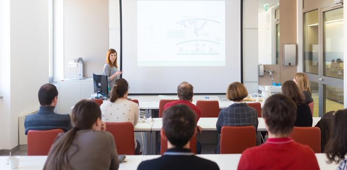 As salas de aula sem decorações podem facilitar a aprendizagem