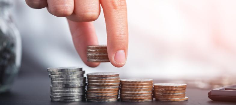<p>O controle de gastos e a economia são ações normalmente essenciais para o estudante universitário, dada a amplitude de despesas e as limitações na renda.</p><p>Você sabia que o equilíbrio das finanças para o desenvolvimento dos estudos pode ser auxiliado por uma série de ofertas e condições especiais para alunos do ensino superior? Conheça neste post algumas das opções relevantes e atrativas de <strong>descontos para universitários</strong> que precisam economizar.</p><p></p><p><a href=https://noticias.universia.com.br/cultura/noticia/2017/10/11/1156139/5-dicas-economizar-dinheiro-vida-estudante.html>5 dicas para economizar na vida de estudante</a></p><p></p><p><strong>1. Produtos Microsoft</strong></p><p>O famoso pacote de aplicações Office, na sua versão atual Office 365, é oferecido <a href=https://www.microsoft.com/pt-pt/office365estudantes>gratuitamente</a> para alunos de instituições de ensino superior cadastradas. Além das ferramentas tradicionais, a oferta também traz espaço ilimitado no serviço de armazenamento em nuvem OneDrive.</p><p>Os alunos também recebem 10% de <a href=https://www.microsoft.com/pt-br/education/students/default.aspx>desconto</a> na loja oficial.</p><p></p><p><strong>2. Spotify</strong></p><p>Estudantes universitários pagam metade da assinatura do serviço de streaming de música Spotify. Conheça mais sobre as <a href=https://www.spotify.com/br/student/>condições</a> do acordo.</p><p></p><p><strong>3. Meia entrada</strong></p><p>O pagamento de metade da entrada para cinema, shows, teatro e entretenimento é garantido aos universitários pela Lei nº 12.933, de 2013. Vale lembrar que o benefício está ligado à apresentação da Carteira de Identificação Estudantil, um documento padronizado e oferecido por algumas instituições no país.</p><p></p><p><strong>4. Dell</strong></p><p>A Dell oferece, por meio do seu <a href=https://www.dell.com/learn/br/pt/brdhs1/campaigns/pg-mpp-1>programa de vantagens</a>, descontos que chegam a até 250 reais nos 