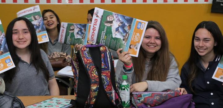 <div class=help-message><h4>Descubre toda la oferta académica superior de Chile</h4><a href=https://www.universia.cl/estudios/artes-humanidades/ka/650 class=enlaces_med_leads_formacion button01 id=ESTUDIOS>Más información aquí</a></div><ul><li><a href=https://issuu.com/agenciavirtualpublicidad/docs/diario_universia_sep19 target=_blank>Diario Universia PSU 2017</a></li><li><a href=https://fotogalerias.universia.cl/preuniversitarios/-diario-universia-psu-colegios-2017/ target=_blank>Fotogalería</a></li></ul><p>Con el fin de apoyar e informar a los postulantes sobre el proceso de admisión 2018, Universia hizo entrega de 50.000 ejemplares del Diario Universia PSU a alumnos de cuarto medio de 362 establecimientos de educación media.</p><p>La publicación se distribuyó en las salas de clases de colegios <strong>de Iquique, Calama, Antofagasta, La Serena, Coquimbo, Valparaíso, Viña del Mar, Rancagua, Curicó, Talca, Concepción, Temuco, Valdivia, Puerto Montt, Santiago e Isla de Pascua</strong>. Cada ejemplar cuenta con información de interés para los jóvenes que postularán a la educación superior, tales como tips para preguntas difíciles, consejos del DEMRE y de los puntajes nacionales.</p><p>Esta iniciativa, que se lleva a cabo por octavo año consecutivo gracias al compromiso y participación de las instituciones de educación superior socias de Universia, considera la distribución de una nueva edición del diario, de 75.000 ejemplares y contenidos relevantes para la postulación, en 219 sedes de rendición de PSU en Santiago y regiones, durante el reconocimiento de salas del domingo 26 de noviembre.<br/><br/>Si aún no conoces el detalle de las fechas claves de la Prueba de Selección Universitaria, te invitamos a revisar el<a href=https://www.universia.cl/calendario-psu-2017-admision-2018/psu-2017/at/1123313 data-saferedirecturl=https://www.google.com/url?hl=es&q=https://www.universia.cl/calendario-psu-2017-admision-2018/psu-2017/at/1123313&source=gmail&ust=1510626578039000&usg=