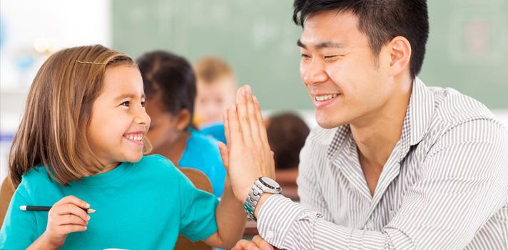 <p>Dentro da sala de aula, é extremamente importante que os professores saibam como ministrar as aulas da melhor maneira possível. Para isso, entender <strong><a title=9 hábitos para potencializar o seu aprendizado href=https://noticias.universia.com.br/destaque/noticia/2015/07/27/1128935/9-habitos-potencializar-aprendizado.html>a lógica de aprendizado dos alunos</a></strong>é fundamental. Assim, <strong> confira quais são as atitudes nas quais você deve prestar atenção para dar boas aulas:</strong></p><p></p><p><span style=color: #333333;><strong>Veja também:</strong></span><br/><a style=color: #ff0000; text-decoration: none; text-weight: bold; title=Professor: como adaptar o ensino na era da tecnologia href=https://noticias.universia.com.br/destaque/noticia/2015/10/29/1133029/professor-adaptar-ensino-tecnologia.html>» <strong>Professor: como adaptar o ensino na era da tecnologia</strong></a><br/><a style=color: #ff0000; text-decoration: none; text-weight: bold; title=# Professor: 4 ferramentas online gratuitas para auxiliar no ensino de idiomas href=https://noticias.universia.com.br/destaque/noticia/2015/10/28/1132990/professor-4-ferramentas-online-gratuitas-auxiliar-ensino-idiomas.html>» <strong>Professor: 4 ferramentas online gratuitas para auxiliar no ensino de idiomas</strong></a><br/><a style=color: #ff0000; text-decoration: none; text-weight: bold; title=Todas as notícias de Educação href=https://noticias.universia.com.br/educacao>» <strong>Todas as notícias de Educação</strong></a></p><p></p><p><strong> 1 –<a title=Como estimular a participação ativa dos alunos durante as aulas href=https://noticias.universia.com.br/destaque/noticia/2015/10/26/1132788/estimular-participacao-ativa-alunos-durante-aulas.html>Domine sua disciplina</a></strong></p><p>É importante que você tenha segurança para ensinar sobre a disciplina que ministra. Quanto mais você demonstrar entender sobre o assunto que ensina aos alunos, maiores as chances deles valorizarem o seu trabalho.</p