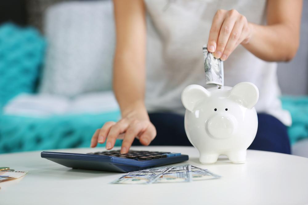 """<p>Ir morar fora de casa para fazer uma faculdade é uma experiência única. Pergunte para quem já passou por isso: a maioria vai concordar. Novas experiências, vivência, crescimento. Os aspectos positivos são muitos e, por si, valem todo o processo.</p><p>No entanto, a fase também traz uma série de novos desafios. Um dos maiores está relacionado às finanças pessoais. Com orçamento apertado e uma série de gastos (mesmo para quem vai cursar uma universidade gratuita), economizar dinheiro na vida de estudante muitas vezes parece impossível. Fique tranquilo, existem maneiras de economizar. Conheça nossas dicas!</p><p></p><p><a href=https://noticias.universia.com.br/cultura/noticia/2017/10/04/1156084/comecando-universidade-veja-alguns-importantes-conselhos-calouros.html><span>Confira alguns conselhos importantes para os calouros.</span></a></p><p></p><h2><strong>Boas dicas para economizar dinheiro na vida de estudante</strong></h2><h2><strong>1. Faça uma pesquisa imobiliária</strong></h2><p>Os gastos com habitação estão entre os maiores de todos. Faça uma pesquisa completa das opções na cidade para a qual você está se mudando. Não se limite aos anúncios em classificados ou propagandas de agências imobiliárias. Sempre que possível, conte com a opinião de um morador local ou algum outro estudante que conheça e que já resida no município.</p><p>Uma outra recomendação para reduzir os gastos é dividir a moradia: montar uma república, seja em uma residência ou apartamento, pode diminuir o peso do aluguel e de despesas similares. </p><p></p><h2><strong>2. Use os descontos</strong></h2><p>A famosa """"meia entrada"""" em cinemas e shows é um dos exemplos de descontos disponíveis para estudantes. Assinaturas de serviços como o Spotify ou compra de equipamentos Apple e Dell também oferecem reduções para alunos.</p><p>Caso ainda não possua uma carteirinha ou comprovação estudantil análoga e atualizada, pergunte sobre na secretaria ou Graduação da sua instituição de ensino.</p><p></p><h2><"""