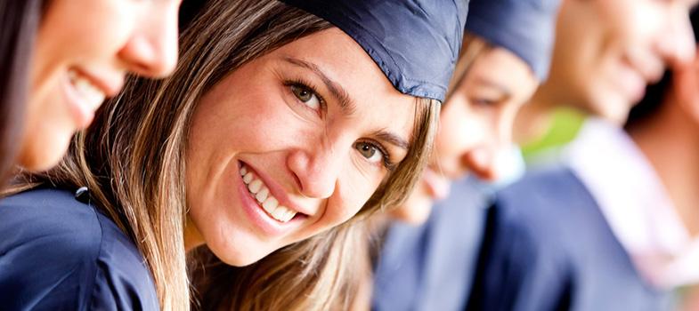 """Com o <strong>aumento da acessibilidade da educação</strong>, o número de pessoas a ser a primeira geração da família a entrar numa faculdade aumentou. Se você é o primeiro da sua família a entrar na faculdade, leia a seguir <strong>4 dicas valiosas para lidar com a possível pressão:</strong><p></p><p><span style=color: #333333;><strong>Leia também:</strong></span><br/><a href=https://noticias.universia.com.br/tag/notícias-sobre-educação/ title=Educação>» <strong>Todas as notícias sobre educação</strong></a></p><p><strong>1 - Lide com o impacto psicológico</strong><br/> É comum que estudantes de primeira geração se sintam culpados, como se estivessem de alguma maneira deixando a família para trás para estudar. Jennifer Magas, advogada trabalhista e professora de inglês na <strong>Fairfield University</strong> explica que: """"<strong>esses estudantes sofrem uma grande pressão para ir bem, sabendo que seus pais não tiveram a mesma oportunidade, eles podem sentir que não merecem estar lá</strong>"""". Ela diz que sentir-se como um intruso ou impostor dentro da faculdade também é uma reação comum.</p><p></p><p>Se você está se sentindo assim, procure conversar com alguém. Pode ser algum colega ou professor, ou até mesmo algum grupo da internet. Existem aplicativos e sites como o <a href=https://www.buzzr.com.br/ title=Buzzr target=_blank>Buzzr</a>que conectam você a estranhos, e são uma ótima ferramenta para desabafar. Procure se informar também se a sua universidade tem algum tipo de acompanhamento psicológico. Lembre-se que a sua <a href=https://noticias.universia.com.br/carreira/noticia/2015/11/10/1133547/4-exercicios-diminuir-estresse.html title=4 exercícios para diminuir o estresse>saúde mental é tão importante quanto a física</a>.</p><p></p><p><strong>2 - Conectar-se a seus colegas pode ser um suporte valioso</strong><br/> Não é raro que estudantes de primeira geração se sintam isolados na faculdade, especialmente quando não se tem um entendimento completo da vida unive"""