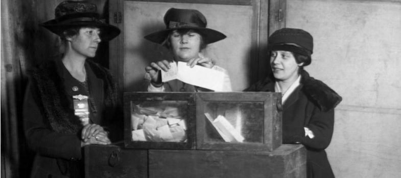 <p>Você sabia que as mulheres não tinham direito a votar nos processos eleitorais brasileiros? O <strong>direito de voto da mulher </strong>foi instituído apenas em 1930, durante o governo federal de Getúlio Vargas.</p><p>A data da instituição, 3 de novembro, entra para o calendário como importante evento na luta pelos direitos femininos.</p><p>O direito de todos a votar, também conhecido como sufrágio universal, é uma conquista relativamente recente. Conheça alguns dos mais importantes marcos envolvendo essa luta.</p><p></p><h2><strong>Movimento sufragista</strong></h2><p>Seguindo tardiamente movimentos mundiais de participação feminina no processo eleitoral, com origens no século 19, a luta sufragista brasileira tem início com os esforços da bióloga francesa Bertha Lutz.</p><p>Em 1919, a ativista veio até o país com objetivos de lutar pelo direito de voto da mulher. Mais tarde, fundou a Liga Pela Emancipação Intelectual da Mulher, organização de participação expressiva no processo.</p><p>Vale notar que a Constituição de 1824 não proibia expressamente a participação feminina nas eleições, tampouco esclarecia uma permissão. Em janeiro de 1891, foi apresentada uma emenda à Constituição que conferia o direito às mulheres. No entanto, a mesma foi vencida e negada. </p><p></p><h2><strong>O caminho até o direito</strong></h2><p>Desde o começo do século 20, surgem registros de mais tentativas em nome do sufrágio feminino. A fundação do Partido Republicano Feminino ou PRF representa um esforço de organização em torno da causa. O Partido chegou a pressionar a apresentação de um projeto de lei, em 1919, com conteúdo favorável ao sufrágio. O mesmo foi ignorado após primeira votação.</p><p>As constantes tentativas eram repelidas por diversas camadas da sociedade. Espaços como jornais e diversas esferas sociais lançaram um grande número de campanhas contra o direito da mulher ao voto, em nome de uma visão tradicionalista que as excluía de qualquer esfera que não fosse a domésti