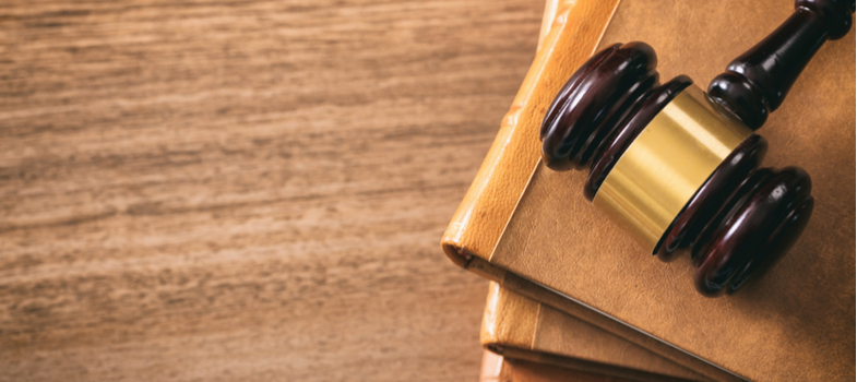 <p>Fazer um curso de Direito se resume a comparecer à faculdade, ser diplomado, conseguir o registro na OAB e atuar como advogado. Certo?</p><p>Errado. A profissão é uma das que oferece o maior número de possibilidades de atuação.</p><p>Se você tem o interesse em seguir nessa carreira, acompanhe aqui esses <strong>7 fatos sobre o curso e as profissões de Direito</strong>.</p><p></p><p><strong>1. A faculdade e as áreas do Direito</strong></p><p>O apanhado teórico do curso de Direito na faculdade é bastante abrangente e vai exigir do aluno uma passagem por diversas áreas de atuação.</p><p>Dentre elas, as principais são: Direito Constitucional, Direito Civil, Direito Processual, Direito Penal, Direito Administrativo, Direito Processual, entre outras.</p><p></p><p><strong>2. O que é preciso para se graduar em Direito</strong></p><p>Além de ter o desempenho desejado nas matérias e exames de cada instituição, para se graduar em Direito, o estudante deve elaborar a defesa de um trabalho de conclusão de curso.</p><p>Esse processo será definido em etapas teóricas, com a monografia, e práticas, com a defesa oral.</p><p></p><p><strong>3. A importância do debate</strong></p><p>Para a atuação na carreira de direito, uma das características que os advogados desempenham com intensidade é o debate.</p><p>A formação universitária, o estudo das leis e a prática na carreira vão preparar esse profissional para esse tipo de demanda.</p><p><strong>4. Como funciona a OAB</strong></p><p>A sigla representa a Ordem dos Advogados do Brasil, que é uma entidade de classe que promove um exame nacional.</p><p>Para exercer a profissão de advogado é preciso ser aprovado nesse exame, que possui duas fases.</p><p></p><p><strong>5. Não significa que você será um advogado</strong></p><p>Existem diversas áreas para atuar no campo do Direito, uma delas é a de Delegado de Polícia. A profissão é desempenhada através de concurso.</p><p>Dentre as funções estão a de conduzir investigações e inquéritos.</p><p>