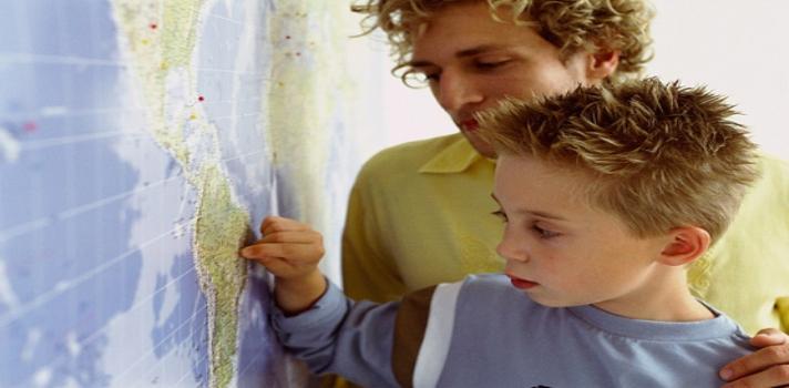 """<p style=text-align: justify;>¿Recuerdas cuando eras un niño? ¿Aquella época en la que tu sola preocupación era divertirte y tu única responsabilidad aprender en la escuela? Muchos expertos en psicología y ciencias del comportamiento aseguran que una de las claves para ser feliz es <strong>nunca perder ese """"niño interno"""" que vive dentro de nosotros</strong> y porta el espíritu de nuestra infancia. Pese a estar en pleno proceso de aprendizaje y desarrollo como individuos, los niños son dueños de<strong> cualidades excepcionales</strong>, muchas de ellas incluso aplicables al mundo de los negocios.</p><p style=text-align: justify;></p><p><span style=color: #ff0000;><strong>Lee también</strong></span><br/><a style=color: #666565; text-decoration: none; title=5 consejos de networking para emprendedores href=https://noticias.universia.cl/empleo/noticia/2014/08/09/1109399/5-consejos-networking-emprendedores.html>» <strong>5 consejos de networking para emprendedores</strong></a><br/><a style=color: #666565; text-decoration: none; title=¿Es posible emprender con poco dinero? href=https://noticias.universia.cl/empleo/noticia/2015/01/23/1118772/posible-emprender-dinero.html>» <strong>¿Es posible emprender con poco dinero?</strong></a><br/><a style=color: #666565; text-decoration: none; title=5 rasgos que comparten los grandes emprendedores href=https://noticias.universia.cl/empleo/noticia/2014/05/31/1097601/5-rasgos-comparten-grandes-emprendedores.html>» <strong>5 rasgos que comparten los grandes emprendedores</strong></a></p><p style=text-align: justify;><br/>De hecho, es sabido que muchos de los grandes emprendedores de nuestra era, como Bill Gates o el ya fallecido Steve Jobs, trabajaban sus ideas de<strong> forma lúdica y creativa, apelando siempre a la imaginación</strong> y mirando más allá de las fronteras de lo meramente """"posible"""". Para que puedas alcanzar el éxito en tu vida profesional, te presentamos las<strong> 5 lecciones que todo emprendedor debe aprender de los"""