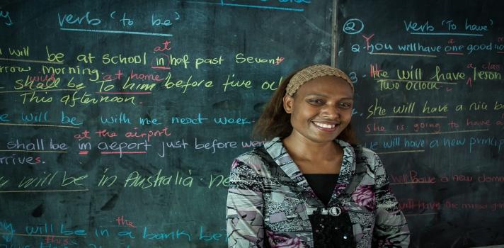 <p>El <a title=Ministerio de Educación Nacional href=https://www.mineducacion.gov.co/ target=_blank>Ministerio de Educación Nacional</a>abrió la convocatoria para presentarse a la <strong>segunda edición del Premio Global del Maestro</strong>, un galardón internacional que busca reconocer la excelencia en <strong>docentes de colegios oficiales del país</strong>. La ONG <a title=Fundación Varkey href=https://www.varkeyfoundation.org/ target=_blank>Fundación Varkey</a>homenajeará con un millón de dólares al educador elegido.</p><p></p><p><span style=color: #ff0000;><strong>Lee también</strong></span><br/><a style=color: #666565; text-decoration: none; title=Cómo escribir el ensayo perfecto para obtener una beca href=https://noticias.universia.net.co/educacion/noticia/2015/08/14/1129807/como-escribir-ensayo-perfecto-obtener-beca.html>» <strong>Cómo escribir el ensayo perfecto para obtener una beca</strong></a><br/><a style=color: #666565; text-decoration: none; title=4 consejos de Carl Sagan para ser mejor estudiante href=https://noticias.universia.net.co/cultura/noticia/2015/08/13/1129769/4-consejos-carl-sagan-mejor-estudiante.html>» <strong>4 consejos de Carl Sagan para ser mejor estudiante</strong></a></p><p></p><p>Según informó el Ministerio en un comunicado de prensa, este premio será entregado al docente considerado como el más innovador, inspirador y comprometido con la educación de sus alumnos, en diez cuotas anuales de 100.000 dólares. El maestro ganador, que deberá <strong>seguir enseñando durante los próximos cinco años</strong>, se convertirá en un embajador global de la Fundación Varkey, abocada a mejorar los estándares de educación para niños desfavorecidos de todo el planeta.</p><blockquote style=text-align: center;>El maestro ganador recibirá el premio en diez pagos anuales de 100.000 dólares.</blockquote><p><strong>Cómo postular a un docente</strong></p><p>El maestro ganador del Premio Global será reconocido en base a los siguientes criterios de selecc