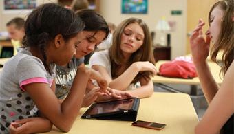 <p style=text-align: justify;>Pilas de hojas con las tareas para corregir, carpetas repletas de documentos, maletines y mochilas con libros pesados… todo quedó en el pasado. La tecnología fomenta los cambios en casi todos los ámbitos de la vida y la enseñanza no se queda atrás. Con <strong><a title=Google Classroom href=https://classroom.google.com/u/0/ineligible target=_blank>Google Classroom</a></strong>clichés tradicionales son cosas del pasado.<br/><br/></p><p style=text-align: justify;><strong>Lee también</strong><br/><a style=color: #ff0000; text-decoration: none; title=¿Se puede aprender con la tecnología? href=https://noticias.universia.com.ar/en-portada/noticia/2015/03/03/1120777/puede-aprender-tecnologia.html>» <strong>¿Se puede aprender con la tecnología?</strong></a><br/><a style=color: #ff0000; text-decoration: none; title=¿Cómo crear clases dinámicas con Google Classroom? href=https://noticias.universia.com.ar/en-portada/noticia/2015/03/03/1120733/como-crear-clases-dinamicas-google-classroom.html>» <strong>¿Cómo crear clases dinámicas con Google Classroom?</strong></a><br/><a style=color: #ff0000; text-decoration: none; title=Google Classroom: 5 respuestas para entender cómo funciona href=https://noticias.universia.com.ar/ciencia-nn-tt/noticia/2015/02/27/1120630/google-classroom-5-respuestas-entender-como-funciona.html>» <strong>Google Classroom: 5 respuestas para entender cómo funciona</strong></a></p><p style=text-align: justify;></p><p style=text-align: justify;></p><p style=text-align: justify;>Classroom surgió de la mano del gigante de la tecnologíaGooglepara que los<strong> docentes pudieran organizar mejor su tiempo</strong> y el modo en que interactúan con los estudiantes. Continúa leyendo y conoce en qué varía <strong>Google Classroom</strong> respecto a la educación tradicional.<br/></p><p style=text-align: justify;></p><h3 style=text-align: justify;>1. Acceso a más información, en menos tiempo</h3><p style=text-align: justify;>Creer que bast