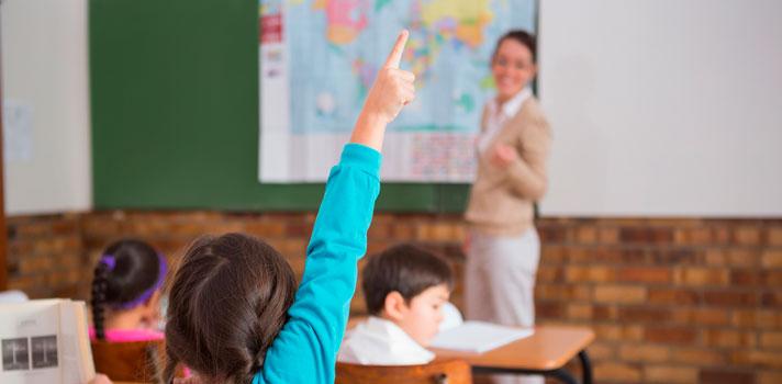 """<p>El 19 de abril de 2016 comenzará la<strong> evaluación a los maestros ecuatorianos tanto en sus conocimientos como en su comportamiento</strong>. La <strong>evaluación """"Ser Docente""""</strong> tiene como objetivo garantizar y elevar la calidad de la educación en el país, alcanzando una educación de excelencia.</p><p></p><p><span style=color: #ff0000;><strong>Lee también</strong></span><br/><a style=color: #666565; text-decoration: none; title=<br />¿Cómo se evalúan a los docentes en otros países? href=https://noticias.universia.com.ec/educacion/noticia/2016/03/04/1137032/como-evaluan-docentes-paises.html target=_blank>» <strong>¿Cómo se evalúan a los docentes en otros países?</strong></a><br/><a style=color: #666565; text-decoration: none; title=<br />Cómo hacer que los alumnos te adoren href=https://noticias.universia.com.ec/consejos-profesionales/noticia/2015/10/22/1132734/como-hacer-alumnos-adoren.html target=_blank>» <strong>Cómo hacer que los alumnos te adoren</strong></a><br/><a style=color: #666565; text-decoration: none; title=<br />El método de los mejores maestros del mundo href=https://noticias.universia.com.ec/cultura/noticia/2015/09/18/1131400/metodo-mejores-maestros-mundo.html target=_blank>» <strong>El método de los mejores maestros del mundo</strong></a><br/><br/></p><p>Durante el conversatorio con medios de comunicación acerca de las evaluaciones docentes que comenzarán en abril, el ministro de Educación Augusto Espinosa y el director ejecutivo del Instituto Nacional de Evaluación Educativa (Ineval), Harvey Sánchez, explicaron la importancia de llevar adelante estas pruebas, las que<strong> constarán de tres fases y se aplicarán sobre 144.302 docentes a nivel nacional que tengan nombramiento definitivo o provisional y a aquellos que ganaron concursos en Quiero Ser Maestro</strong>.</p><p></p><p>Espinosa explicó que los objetivos de esta evaluación son <strong>realizar un diagnóstico objetivo de las necesidades específicas</strong> del Sistema Nacio"""