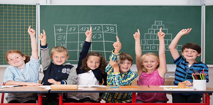 <p>La <a href=https://www.jigsaw.org/ title=Jigsaw target=_blank rel=me nofollow>técnica de rompecabezas</a>, <strong>también conocida comojigsaw</strong>,es una <strong>forma cooperativa de aprendizaje</strong> que logró excelentes resultados desde su primera implementación en 1970. Fue creada por Elliot Aronson y utilizada con sus estudiantes en la Universidad de Texas y la Universidad de California en Estados Unidos. Puede emplearse en <strong>diferentes niveles educativos</strong> e implica que <strong>cada estudiante es una pieza única y esencial en el rompecabezas </strong>que compone con sus compañeros. Para <strong>motivar el gusto por la escuela, reducir las ausencias y mejorar el rendimiento</strong> de tus estudiantes, te mostramos cómo implementar la técnica que logró buenas prácticas educativas durante décadas.<br/><br/><br/><br/><strong>Lee también<br/></strong><a href=5 redes sociales para docentes target=_blank>5 redes sociales para docentes<br/></a><a href=https://noticias.universia.net.co/educacion/noticia/2016/06/21/1140977/docentes-como-lidiar-estudiantes-problematicos-aula.html target=_blank>Docentes: cómo lidiar con los estudiantes problemáticos del aula<br/></a><a href=https://noticias.universia.net.co/educacion/noticia/2016/08/12/1142654/docentes-5-claves-estudiantes-retengan-aprenden.html target=_blank>Docentes: 5 claves para que los estudiantes retengan más lo que aprenden</a></p><p><a href=https://noticias.universia.net.co/educacion/noticia/2016/08/12/1142654/docentes-5-claves-estudiantes-retengan-aprenden.html target=_blank><br/><br/><br/></a></p><p><strong>Qué es la técnica de rompecabezas y cómo se utiliza en el aula </strong></p><p>Se denomina rompecabezas porque <strong>cada estudiante conforma una pieza única</strong> que lo completa. Favorece la interdependencia estudiantil porque <strong>las piezas son importantes para articular un solo tema o lección</strong> entre todos. </p><p>La propuesta es organizar el aula en distintos grupo