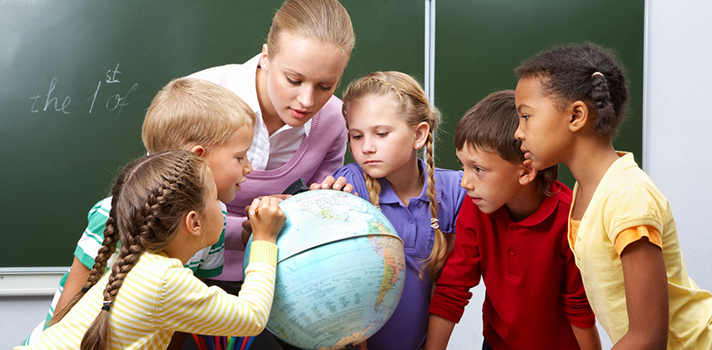 <p>El<strong>curso online gratuito</strong><strong>Aprendizaje Basado en Proyectos IV Convocatoria</strong> también conocido como método de enseñanza ABP, propone <strong>dictar clases basándose en proyectos que permitan la aplicación contextual del conocimiento</strong>. Lo imparte la Universidad de Granada a través de la plataforma ScolarTic e inicia el 19 de diciembre. ¡Anotate ahora!<br/><br/><br/><br/><strong>Te puede interesar</strong><br/><br/>><a href=https://noticias.universia.com.ar/educacion/noticia/2016/09/05/1143282/aprendizaje-basado-evidencia.html target=_blank>Qué es el aprendizaje basado en la evidencia<br/></a>><a href=https://noticias.universia.com.ar/educacion/noticia/2016/10/06/1144286/universidad-recomienda-docentes-prohibir-celular-clase.html target=_blank>Universidad: por qué se recomienda a los docentes no prohibir el celular en clase<br/></a>><a href=https://noticias.universia.com.ar/educacion/noticia/2015/11/24/1133956/conoce-claves-aprendizaje-basado-proyectos.html title=Conocé las claves del aprendizaje basado en proyectos target=_blank>Conocé las claves del aprendizaje basado en proyectos</a></p><p><br/><br/></p><p>Aprendizaje Basado en Proyectos (ABP) consiste en una<strong> introducción más siete módulos</strong> que requieren una <strong>dedicación de 40 horas</strong> en total. El curso propone un <strong>método de enseñanza moderno</strong> propio del siglo XXI para docentes que estén insatisfechos con su forma de dictar las clases o simplemente <a href=https://noticias.universia.com.ar/educacion/noticia/2016/02/22/1136448/6-ideas-docentes-quieren-actualizar.html title=6 ideas para docentes que se quieren actualizar target=_blank>deseen innovar en el aula</a>.</p><p>Tradicionalmente, el rol de los estudiantes se limitó a escuchar de manera pasiva las clases magistrales del docente, realizar las actividades sugeridas y completar una evaluación para medir el nivel de adquisición de un conocimiento específico.</p><p>El método ABP cons