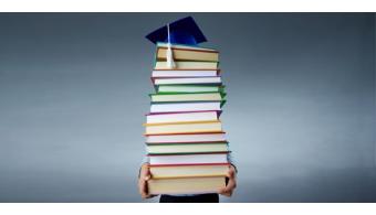 <p style=text-align: justify;>El nuevo real decreto aprobado el pasado viernes por el Consejo de Ministros ha resultado sumamente polémica y ha despertado serias críticas de sindicatos de estudiantes, rectores y actores de las universidades y la educación superior. Ayer, la<strong> Conferencia de Rectores de las Universidades Españolas (CRUE)</strong> se reunió para discutir el proyecto y ha aprobado la aplicación de las carreras de grado de 3 años para 2017.</p><p style=text-align: justify;></p><p style=text-align: justify;></p><p><strong>Lee también</strong><br/><a style=color: #ff0000; text-decoration: none; title=5 claves de la nueva reforma educativa href=https://noticias.universia.es/en-portada/noticia/2015/02/03/1119372/5-claves-nueva-reforma-educativa.html>» <strong>5 claves de la nueva reforma educativa</strong></a><br/><a style=color: #ff0000; text-decoration: none; title=El polémico retorno a las carreras universitarias de 3 años href=https://noticias.universia.es/en-portada/noticia/2015/02/02/1119282/polemico-retorno-carreras-universitarias-3-anos.html>» <strong>El polémico retorno a las carreras universitarias de 3 años</strong></a><br/><a style=color: #ff0000; text-decoration: none; title=Las carreras de cinco o más años podrán tener nivel de máster href=https://noticias.universia.es/en-portada/noticia/2013/04/18/1017676/carreras-cinco-mas-anos-podran-tener-nivel-master.html>» <strong>Las carreras de cinco o más años podrán tener nivel de máster</strong></a></p><p></p><h4 style=text-align: justify;>No se aplicara el modelo de flexibilización universitaria: 27 votos a favor y 1 en contra</h4><p style=text-align: justify;>La CRUE, órgano que se compone por el grueso de las universidades públicas (50) y privadas (26) españolas, han acordado la moratoria que hace varios meses reclaman al Ministerio de Educación, Cultura y Deporte (MECD). Así, la reunión de jerarcas universitarios<strong> ha decidido no aplicar el modelo de flexibilización universitaria apr