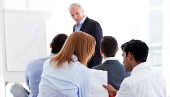<p style=text-align: justify;>Para los académicos, la <strong>educación superior</strong> contribuye a intensificar la productividad y la competitividad de las naciones a través de la <strong>formación de capital humano</strong> al más alto nivel y de la generación de nuevo conocimiento.</p><p style=text-align: justify;></p><p><strong>Lee también</strong><br/><br/><a style=color: #ff0000; text-decoration: none; title=Sólo el 7% de la plantilla docente universitaria tiene un doctorado href=https://noticias.universia.net.co/movilidad-academica/noticia/2014/06/13/1098863/solo-7-plantilla-docente-universitaria-doctorado.html>» <strong>Sólo el 7% de la plantilla docente universitaria tiene un doctorado</strong></a><br/><a style=color: #ff0000; text-decoration: none; title=Unesco presentó las 4 estrategias para elevar el nivel de los docentes href=https://noticias.universia.net.co/en-portada/noticia/2014/02/04/1079817/unesco-presento-4-estrategias-elevar-nivel-docentes.html>» <strong>Unesco presentó las 4 estrategias para elevar el nivel de los docentes</strong></a></p><p style=text-align: justify;></p><p style=text-align: justify;>Las<strong> inversiones en educación superior y en investigación</strong>, en su concepto, le han permitido a las naciones desarrolladas mantener su potencial innovador, al asegurar un talento con estándares de formación muy superiores.</p><p style=text-align: justify;></p><p style=text-align: justify;>De acuerdo con Acosta y Celis, algunos investigadores destacan que a la educación superior de los países latinoamericanos le corresponde suministrar el capital humano para garantizar una mayor probabilidad de éxito en la economía global basada en el conocimiento. Tratándose del capital humano, el <strong>mayor grado académico conferido por una universidad, después de un título de pregrado, es el de Doctor of Philosophy (PhD), o Doctor of Science (DSc o ScD)</strong>, mientras que las posiciones posdoctorales no son títulos académicos, sino un eje
