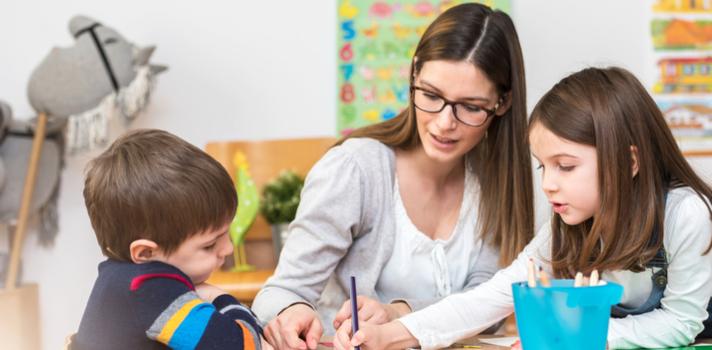 Resultado de imagen de profesores ayudando a alumnos
