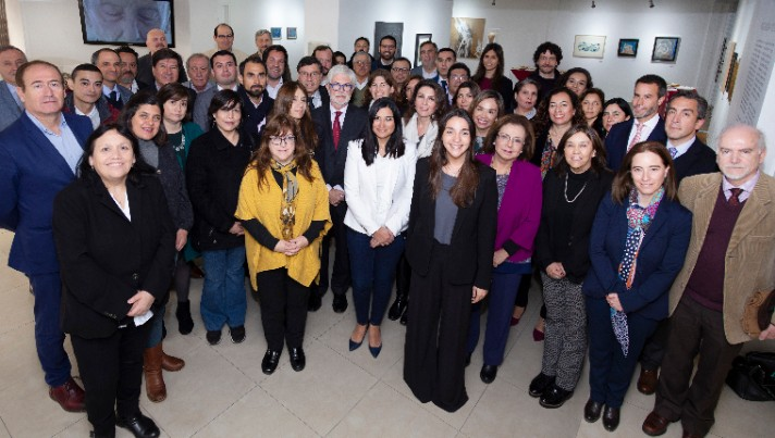 """<p dir=ltr><span>El <strong>27 de septiembre</strong>, Universia Chile convocó y organizó el<strong> IV Encuentro de Directivos de Postgrados de instituciones de educación superior socias de la red</strong>, siendo anfitriona la Universidad de Talca, Sede Québec. En esta versión participaron 55 directivos pertenecientes a 31 casas de estudio, quienes compartieron sus experiencias y reflexionaron sobre los desafíos del postgrado en Chile y el mundo.</span></p><p dir=ltr><span>La inauguración estuvo a cargo de Claudio Tenreiro, Vicerrector Académico de la Universidad de Talca; Arcadio Cerda, Director de la Escuela de Graduados de la Universidad de Talca y Natalia Moncada, Directora General de Universia Chile, quien manifestó que """"<strong>Universia es un punto de encuentro que reúne a instituciones de educación superior para fomentar la colaboración y conversar sobre desafíos comunes tanto locales como globales, como es el caso de este IV Encuentro</strong>"""".</span></p><p dir=ltr><span>Luego, en la primera sesión, Hernán Burdiles, Presidente de la Comisión Nacional de Acreditación, CNA, dictó la conferencia """"<strong>Nueva Normativa para el Aseguramiento de la Calidad en la Educación Superior y la Formación de Postgrado</strong>"""", donde explicó que</span><span></span><span>a partir del 2020 la <strong>acreditación</strong> será <strong>obligatoria</strong> para todas las <strong>universidades y centros de formación técnica</strong>, los que deberán cumplir al menos con el mínimo establecido por la nueva ley de educación.</span></p><p dir=ltr><span>La jornada incluyó un panel denominado """"<strong>Desafíos en internacionalización y experiencia en doctorados conjuntos</strong>"""", en el que intervinieron Sandra Saldivia, Directora de Postgrados de la Universidad de Concepción; Arcadio Cerda, Director de la Escuela de Graduados de la Universidad de Talca; Nina Crespo, Directora de Estudios Avanzados de la Pontificia Universidad Católica de Valparaíso y Javier Latorre, Director"""