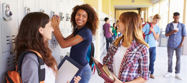 <h2>Como é o <em>high school</em></h2><p><strong></strong><strong>fora do Brasil</strong></p><p>São muitas as diferenças do processo de ensino do ensino médio no exterior, se comparado com o modelo nacional. Aqui estão algumas delas.</p><p>Nessa proposta, estudantes com idade entre 15 e 19 anos podem cursar o <em>high school</em>, tanto em escolas públicas quanto privadas.</p><p>Durante um ou dois semestres, a experiência de educação internacional se desenrola, geralmente, com o jovem vivendo numa casa de famílias no exterior – o que torna a experiência cultural ainda mais completa.</p><p>E quando se fala em exterior, estamos falando de países como Estados Unidos, mas também Austrália, Canadá e Nova Zelândia.</p><p></p><h2>Como fazer e se preparar para o high school no exterior</h2><p>De maneira geral, tendo em vista toda a carga de exigências que o estudo internacional demanda, do ponto de vista de documentação, há uma tendência que se busque apoio externo para o processo.</p><p>A proposta é pesquisar e conhecer o trabalho de agências especializadas nesse trâmite de intermediar o contato entre a família do aluno e a instituição de ensino onde vai cursar o <em>high school</em>.</p><p>Outro ponto importante é a questão financeira.</p><p>Não se esqueça que uma experiência de educação internacional costuma envolver um investimento considerável, pois compreende o custo de vida do estudante por um determinado período no exterior.</p><p>A proposta é que, o quanto antes, seja elaborado um planejamento financeiro – uma poupança ou fundo de investimentos, por exemplo – com o foco certeiro na temporada de estudos fora do país.</p><p></p><p><a href=https://noticias.universia.com.br/cultura/noticia/2017/11/17/1156559/programar-intercambio-exige-alguns-cuidados.html><span>Os cuidados que devem ser tomados ao fazer um intercâmbio</span></a></p><p></p><p>*</p><p>Cursar o Ensino Médio fora do Brasil tem sido uma proposta muito presente no dia a dia de famílias brasileiras. Os resul