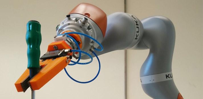 <p>Um grupo de investigadores da Universidade de Coimbra, liderado por Pedro Neto, está a participar num consórcio europeu que está a desenvolver uma nova geração de robôs para a indústria, os ColRobot.</p><p>A equipa da <a href=https://www.uc.pt/ title=Universidade de Coimbra (UC) target=_blank rel=nofollow>Universidade de Coimbra (UC)</a>é responsável pela interação homem-robô, promovendo a colaboração e partilha de tarefas entre humanos e robôs. Segundo o investigador, o grande objetivo do ColRobot (Collaborative Robotics for Assembly and Kitting in Smart Manufacturing) passa pelo «desenvolvimento de robôs colaborativos que possam trabalhar lado-a-lado com os humanos. Pretende-se que os humanos possam interagir com estes robôs colaborativos da mesma maneira como interagem uns com os outros, de uma forma intuitiva, por exemplo usando gestos. Assim, exploramos o melhor dos humanos e das máquinas, ou seja, as capacidades cognitivas e de coordenação dos humanos, e a capacidade das máquinas de produzir trabalho monótono e preciso.</p><p><strong>Pedro Neto</strong> relembra que os <strong>robôs existentes nas nossas indústrias trabalham dentro de jaulas, sem interagirem com os humanos</strong>, pelo que <strong>o ColRobot significa uma mudança de paradigma</strong>, em que os robôs colaboram com os seres humanos, tirando o melhor de cada parceiro.</p><p>Prevê-se que os robôs colaborativos tragam vantagens competitivas muito importantes para a indústria Europeia, podendo ser operados por humanos sem conhecimentos técnicos, realizar tarefas ergonomicamente inconvenientes para os humanos, aumentar a flexibilidade produtiva e reduzir custos de produção», conclui o também docente do <strong>Departamento de Engenharia Mecânica da UC</strong>.</p><p>O vídeo que ilustra o projeto pode ser visto aqui.</p><p><iframe width=560 height=315 src=https://www.youtube.com/embed/8zpYzVEw-Io frameborder=0 allowfullscreen=allowfullscreen></iframe></p><p>O protótipo do ColRobot vai ser test