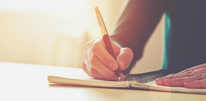 <p>La escritura no se trata simplemente juntar palabras para crear oraciones y transmitir un mensaje, sino que es <strong>una actividad intelectual muy exigente</strong>, que incluso puede convertirse en <strong>un arte </strong>para aquellas personas que la dominan con excelencia. Sin importar si amás u odiás escribir, es esencial que <strong>sepas hacerlo bien en el ámbito laboral</strong>, para que tu prestigio como profesional no se vea afectado.<br/><br/></p><p>Nadie nace sabiendo escribir bien: como toda actividad humana, esta<strong>requiere de ejercicio para mejorarse</strong>. En la escuela y el liceo se enseñan las reglas básicas de lectura y escritura, pero eso no evita que las personas, una vez que terminan de estudiar, cometan <strong>algunos errores de principiante</strong> en relación con la sintaxis, la organización y el tema a la hora de elaborar un texto.<br/><br/></p><p>Si ya estás trabajando y estás comenzando tu carrera profesional, de seguro <strong>no querés que tu escritura pueda limitar o afectar tu buen trabajo</strong>. Por eso, te dejamos una lista de los 5 errores más comunes que tenés que evitar al escribir un texto profesional.<br/><br/></p><h2><strong>Errores que hay que evitar al escribir un texto profesional<br/><br/></strong></h2><p><strong>1- Dar vueltas sobre el tema en cuestión</strong>: es un error muy común al escribir un texto profesional dar vueltas, irse por las ramas y no ser claros con lo que se quiere decir desde el primer párrafo. Los preámbulos no sirven cuando se quiere comunicar con eficacia, ya sea a través de un email, una nota o un informe sobre cualquier tema.<br/><br/></p><p><strong>2- Variar el tiempo y la persona</strong>: cambiar los tiempos y las personas gramaticales, ir del pasado al presente y del nosotros al ustedes, es un error que se repite mucho en las redacciones profesionales. Para evitarlo hay que ordenar el relato separándolo, paso a paso. Una relectura luego de escribir también ayuda a corregir l