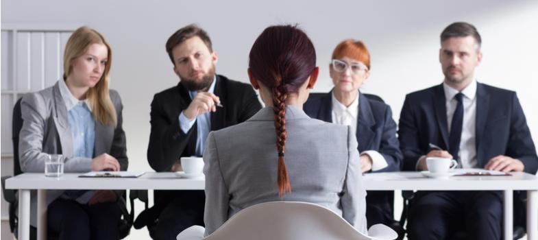 """<h2>1. É importante ter um mentor</h2><p>Mesmo que indiretamente, é considerado bastante positivo você espelhar sua atuação profissional em uma figura exemplar dentro do ambiente do estágio.</p><p>Projete suas expectativas na atividade como estagiário nessa pessoa – se possível, tente interagir com ela, deixando claro que se interessa por uma espécie de """"mentoria"""" na atividade.</p><p>Pode ser a chance de ter um aprendizado mais direcionado e, ainda, causar uma boa impressão pela dedicação e pró-atividade.</p><p></p><h2>2. Vá além do rótulo do estágio</h2><p>Não deixe que a boa oportunidade de ser estagiário seja transformada em um rótulo, um carimbo e um estigma que esteja escrito em sua camisa.</p><p>É óbvio que você deve ocupar a função que lhe foi oferecida, mas é sempre positivo assumir um comportamento como se estivesse sempre disposto a efetuar novas funções e tarefas. Faz bem para sua imagem e seu futuro profissional.</p><p></p><p><a href=https://noticias.universia.com.br/cultura/noticia/2017/10/12/1156146/alguns-toques-bem-legais-procurar-estagio.html><span>Alguns toques bem legais para você procurar estágio</span></a></p><p></p><h2>3. Não seja esnobe e aceite desafios</h2><p>Quando surgem tarefas ou oportunidades que estão além das atribuições do seu estágio você não é obrigado a efetuá-las.</p><p>No entanto, não use da sua função de estagiário para """"esnobar"""" a possibilidade e, se for o caso, avalie talvez abraçar o desafio e tentar encarar a missão – se estiver no seu alcance, é claro.</p><p></p><h2>4. Pontualidade faz bem ao estagiário</h2><p>Vida de estagiário é difícil. Além das tarefas direcionadas à sua função no trabalho, ainda é preciso conciliar com a universidade, seminários e provas.</p><p>No entanto, mesmo diante desse volume todo, reflita e busque, cada vez mais, manter a pontualidade e assiduidade nas suas tarefas no estágio.</p><p>Dessa forma, assim que o período mais atribulado passar, você mantém uma boa imagem no seu desempenho e, principa"""