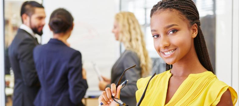 <h2>O que responder numa entrevista de estágio</h2><p>É fundamental mostrar conhecimento sobre a vaga durante uma <strong>entrevista de estágio</strong>. Chega a ser até absurdo sentar-se na cadeira para ser entrevistado e não fazer sequer ideia das atividades da empresa almejada.</p><p>Qual o modelo de negócio, o histórico do grupo, as proporções de suas atividades. Quanto maior o <em>background</em>preparado sobre as funções do futuro estágio, tão grande pode ser a impressão de que de fato você está interessado nessa oportunidade.</p><p>Não é preciso fazer um TCC sobre o assunto: os sites institucionais das corporações, em sua maioria, possuem completos e detalhados espaços sobre suas atividades, estruturas, negócios e filiais.</p><p></p><h2>Ofereça um bom conteúdo</h2><p>Cada indivíduo tem suas características únicas, mas em um momento de uma <strong>entrevista de estágio</strong>algumas boas práticas no que tange a aparência e visual podem fazer a diferença.</p><p>Você não precisa passar por uma transformação completa para participar de uma rápida entrevista, mas estar bem apresentável pode causar uma impressão mais positiva ao entrevistador.</p><p>Evite chicletes e balas durante suas respostas. E tente, na medida do possível, falar e se expressar de forma bastante clara, organizada e pausada. A forma como você expressa as suas mensagens durante a conversa pode ser um grande diferencial na hora da seleção.</p><p></p><p><a href=https://noticias.universia.com.br/cultura/noticia/2017/10/06/1156108/fazer-estagio-ajuda-formacao-carreira.html><span>Fazer estágio ajuda na formação e carreira</span></a></p><p></p><h2>Demonstre interesse na vaga</h2><p>Não é preciso implorar de joelhos, mas é bastante positivo deixar claro ao entrevistador o quão importante a possível vaga é para você.</p><p>Estagiar em uma grande empresa pode ser um excelente pontapé inicial para uma carreira promissora. Além de ser um importante contato com o mercado de trabalho, existem diversos casos