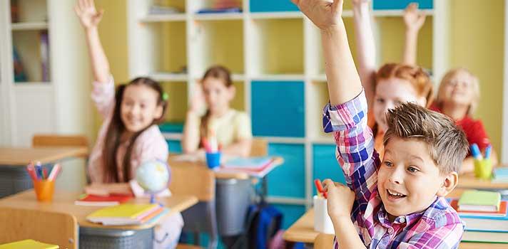 <p>Em um cenário marcado por uma necessidade cada vez maior de <strong><a title=3 vantagens de trabalhar em equipe href=https://noticias.universia.com.br/carreira/noticia/2015/08/27/1130395/3-vantagens-trabalhar-equipe.html>saber trabalhar em equipe</a></strong>e ter uma grande capacidade de adaptação e flexibilidade, <strong>o papel dos professores em sala de aula tem mudado bastante</strong>. Além de transmitir informações e explicar conteúdos aos alunos, o educador também deve estimulá-los a interagirem entre si, compartilhando ideias e conhecimentos. Com isso, é possível desenvolver uma série de habilidades que podem contribuir para destacá-los no futuro.</p><p></p><p><span style=color: #333333;><strong>Veja também:</strong></span><br/><a style=color: #ff0000; text-decoration: none; text-weight: bold; title=Professor: motivos para usar o videogame nas salas de aula href=https://noticias.universia.com.br/destaque/noticia/2015/10/19/1132470/professor-motivos-usar-videogame-salas-aula.html>» <strong>Professor: motivos para usar o videogame nas salas de aula</strong></a><br/><a style=color: #ff0000; text-decoration: none; text-weight: bold; title=Curso online ensina professores a gravar suas próprias videoaulas href=https://noticias.universia.com.br/destaque/noticia/2015/10/15/1132417/curso-online-ensina-professores-gravar-proprias-videoaulas.html>» <strong>Curso online ensina professores a gravar suas próprias videoaulas</strong></a><br/><a style=color: #ff0000; text-decoration: none; text-weight: bold; title=Todas as notícias de Educação href=https://noticias.universia.com.br/educacao><span style=color: #ff0000;>» </span><strong style=color: #ff0000; text-decoration: none;>Todas as notícias de Educação</strong></a></p><p><br/><strong>Pensando nisso, separamos <a title=Entenda como a tecnologia pode impactar os métodos tradicionais de ensino href=https://noticias.universia.com.br/destaque/noticia/2015/03/30/1122516/entenda-tecnologia-pode-impactar-metodos-tradicion