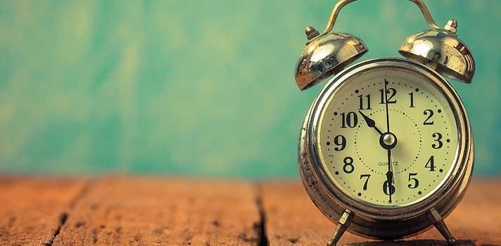 <p><strong><a title=Como treinar a memória antes do vestibular href=https://noticias.universia.com.br/destaque/noticia/2015/11/10/1133496/treinar-memoria-antes-vestibular.html>Na reta final de preparação para o vestibular</a></strong>, muitos alunos têm dificuldade para lidar com o tempo reservado para os estudos. Muitas vezes, acabam dispersando e não aproveitam esse momento, diminuindo a concentração e a produtividade. <strong>Na hora de estudar, é importante aproveitar cada minuto</strong>, para que o momento da revisão seja o mais produtivo possível.</p><p></p><p><span style=color: #333333;><strong>Você pode ler também:</strong></span><br/><a style=color: #ff0000; text-decoration: none; text-weight: bold; title=Como criar sua própria técnica de estudo para o vestibular href=https://noticias.universia.com.br/destaque/noticia/2015/11/17/1133737/criar-propria-tecnica-estudo-vestibular.html>» <strong>Como criar sua própria técnica de estudo para o vestibular</strong></a><br/><a style=color: #ff0000; text-decoration: none; text-weight: bold; title=Vestibular 2016: saiba o que fazer na reta final de preparação href=https://noticias.universia.com.br/destaque/noticia/2015/11/11/1133562/vestibular-2016-saiba-fazer-reta-final-preparacao.html>» <strong>Vestibular 2016: saiba o que fazer na reta final de preparação </strong></a><br/><a style=color: #ff0000; text-decoration: none; text-weight: bold; title=Todas as notícias de Educação href=https://noticias.universia.com.br/educacao>» <strong>Todas as notícias de Educação</strong></a></p><p></p><p><strong>Sabendo disso, a seguir separamos 4 dicas para administrar o seu próprio tempo de estudos para o vestibular</strong>. Confira abaixo:</p><p></p><p><strong>1 - <a title=4 truques infalíveis para ter mais foco href=https://noticias.universia.com.br/carreira/noticia/2015/09/25/1131676/4-truques-infaliveis-foco.html>Identifique as suas dispersões</a><br/></strong></p><p>É interessante elaborar uma lista na qual você possa escrev