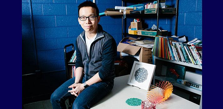 Yongquan Lu ao lado de seus origamis tridimensionais
