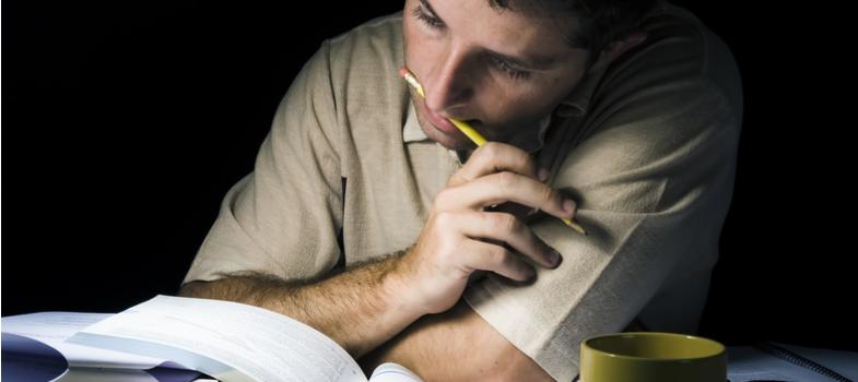 <p>Estudar durante as noites pode ser um desafio, especialmente quando combinado com um trabalho diurno.</p><p>Muitas vezes, a <strong>produtividade de quem estuda de noite</strong>está ligada a fatores como cansaço e acúmulo de tarefas.</p><p>Isso porque a opção do ensino noturno geralmente é acompanhada da necessidade de trabalhar no outro período – ou mesmo cursar outro tipo de estudo.</p><p>Nessas horas, é importante ter em mente que seu esforço vai ser recompensado no futuro e, também, que trata-se de algo temporário. Com o passar do tempo, a tendência é que você se acostume à jornada até que ela seja concluída.</p><p>No entanto, reunimos aqui <strong>3 recomendações para aumentar a produtividade de quem estuda de noite.</strong></p><p></p><p><a href=https://noticias.universia.com.br/cultura/noticia/2017/10/11/1156137/3-maneiras-eficientes-organizar-tempo-estudar.html><span>3 maneiras eficientes para organizar seu tempo para estudar</span></a></p><p></p><p><strong>1. Organize o transporte e deslocamento</strong></p><p>Quando sua rotina se divide em dois ou até três locais diferentes, é fundamental que ela receba uma organização especial – e até mesmo estratégica.</p><p>Já parou para pensar se o caminho que você está fazendo é, de fato, o mais curto e eficiente para seus horários?</p><p>Dar atenção a esses temas é de fundamental importância para conseguir mais tempo de estudo, descanso e, quem sabe, chegar mais cedo em casa no final da noite.</p><p></p><p><strong>2. Devagar com a cafeína</strong></p><p>Trabalho, estudos, trabalhos, provas e tarefas.</p><p>Essa sequência de compromissos, para algumas pessoas, já é suficiente para colocar na mente a palavra: café!</p><p>Estudos já comprovam os benefícios da bebida, porém, saiba que o excesso de cafeína pode comprometer outros pontos da sua rotina.</p><p>O mais importante deles é o sono. Tenha cuidado para não alterar seus horários de descanso com o consumo excessivo da cafeína.</p><p>O mesmo serve para bebidas ene