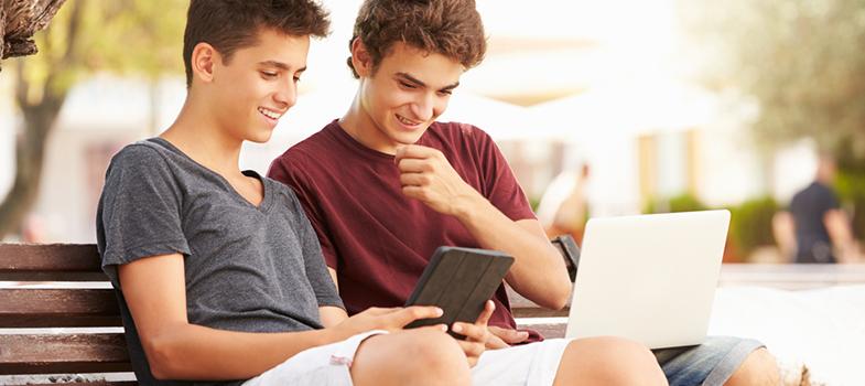 O portal <a href=https://ensinomediodigital.fgv.br/home title=FGV Ensino Médio Digital target=_blank>FGV Ensino Médio Digital</a>oferece aulas gratuitas online para quem está <a href=https://noticias.universia.com.br/tag/not%C3%ADcias-enem-2016 title=Dicas de estudo Enem 2016>estudando para o ENEM</a>. O site oferece 29 cursos divididos nas quatro áreas de conhecimento do ENEM. São 10 matérias, com uma média de 7 aulas por curso. Nelas são explicados os conteúdos do ensino médio. O site disponibiliza também mais de 4000 questões no modelo ENEM para ajudar você a <strong>estudar para o vestibular</strong>. <p></p><p><span style=color: #333333;><strong>Leia também:</strong></span><br/><a href=https://noticias.universia.com.br/tag/notícias-enem-2016 title=Notícias Enem 2016>» <strong>Todas as notícias sobre ENEM 2016</strong></a></p><p></p> As aulas são apresentadas por animações de <a href=https://ensinomediodigital.fgv.br/disciplinas/personagens/curso1/aula1/index.htm title=personagens históricos target=_blank>personagens históricos</a>, e funcionam num sistema parecido com um slide, onde você lê o texto e aperta um botão para seguir para o próximo conteúdo. As aulas são interativas e contam com perguntas, imagens e links para leituras externas. Acesse-as <a href=https://ensinomediodigital.fgv.br/intro-cursos title=aqui target=_blank>aqui</a>. <p></p><br/> As questões apresentam respostas comentadas e também são divididas pelas áreas de conhecimento do ENEM. Para acessa-las é necessário se <a href=https://ensinomediodigital.fgv.br/cadastro?role=aluno title=cadastrar no site target=_blank>cadastrar no site</a>. O cadastro é gratuito e dá acesso ao Mural Virtual, onde os usuários do site podem interagir e publicar trabalhos. Mas mesmo sem o cadastro é possível fazer um Teste Experimental, que é um simulado de 12 questões sobre uma área de conhecimento gerado pelo sistema a partir do banco de questões do site.