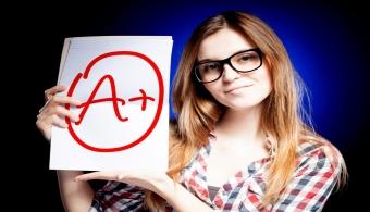 """<p style=text-align: justify;>Como primera medida, si buscas mejorar las malas calificaciones debes <strong>evitar el estrés y la desorganización</strong>. De este modo, cuando llegue el período de exámenes utilizarás mejor tu tiempo.</p><p style=text-align: justify;></p><p style=text-align: justify;></p><p style=text-align: justify;><strong>Lee también</strong></p><p style=text-align: justify;><br/><a style=color: #ff0000; text-decoration: none; title=7 trucos para aumentar la concentración>» <strong>7 trucos para aumentar la concentración</strong></a> <br/><a style=color: #ff0000; text-decoration: none; title=5 Consejos para crear el mejor ambiente a la hora de estudiar href=https://noticias.universia.hn/en-portada/noticia/2013/08/16/1043221/5-consejos-crear-mejor-ambiente-hora-estudiar.html>» <strong>5 Consejos para crear el mejor ambiente a la hora de estudiar</strong></a></p><p style=text-align: justify;></p><p style=text-align: justify;></p><p style=text-align: justify;>Antes que nada debes abstraerte de la situación, no perder la calma y <strong>analizar qué es lo que salió mal</strong>. Por lo general, un resultado deficiente siempre tiene una explicación lógica.</p><p style=text-align: justify;></p><p style=text-align: justify;>Luego de que sepas claramente <strong>cuáles son las causas de tu mala calificación</strong>, mide con exactitud el impacto que tiene esa nota deficiente en tu promedio general. ¿Perder el examen implica recursar la materia? ¿Te estancarás un año sin poder avanzar en tu carrera? ¿O simplemente es un pequeño revés?</p><p style=text-align: justify;></p><p style=text-align: justify;>Una vez analizado el """"pasado"""", céntrate en el futuro y <strong>desarrolla un plan para mejorar tus calificaciones</strong>. El primer paso es <strong>reunirse con tus docentes</strong> para escuchar su punto de vista y tomar en cuenta sus consejos.</p><p style=text-align: justify;></p><p style=text-align: justify;></p><h3 style=text-align: justify;>Oportunid"""