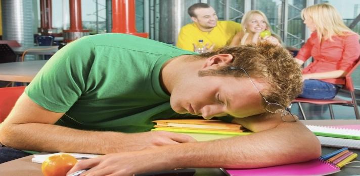 """<p>Muchas veces parece imposible mantenerse despierto durante las clases, sobre todo en estudiantes universitarios que a su vez trabajan y llegan exhaustos tras una extensa jornada laboral. Este problema es cada vez más notorio y se incrementa con el <strong>cansancio diario y el estrés por no alcanzar estos objetivos</strong>. Si quieres aprender a mantenerte despierto mientras aprendes, continúa leyendo esta nota.</p><p>El portal <a href=https://expolicenciatura.universia.edu.pe/>Expolicenciatura</a> ha publicado recientemente una nota con <strong>los mejores consejos para mantenerte despierto durante tus clases</strong>. En él destacan la importancia de tomar una actitud positiva y afirman que """"<em>empezar el día con el pie derecho es vital</em>"""".</p><blockquote style=text-align: center;>Ingresa <a href=https://expolicenciatura.universia.edu.pe/infodetail/orientacion/consejos/no-te-quedes-dormido-en-clase-siguiendo-estos-consejos-75.html title=No te quedes dormido en clase siguiendo estos consejos target=_blank>aquí</a> para leer la nota completa</blockquote><p>Una de las principales cosas que debes tener en cuenta para mantenerte despierto durante tus clases, es <strong>comer un desayuno saludable</strong>. Recuerda que no en vano, es la comida más importante del día porque te proveerá de los <strong>nutrientes necesarios para encarar tu extensa jornada</strong> y te dará más energía para poder manejar tus clases.<br/><br/>Procura tener en cuenta estos <strong>consejos para un correcto desayuno</strong>:</p><ul><li>Come alimentos altos en proteína, como huevos y jamón.</li><li>Come frutas y verduras. También puedes beberlas en un licuado.</li><li>Come alimentos con carbohidratos, como avena, granola o pan tostado.</li><li>Toma yogurt. Evita beber demasiada leche porque eso hace que te sientas con sueño.</li></ul><p>Por otro lado, <strong>debes descansa lo suficiente el día anterior</strong>. La mayoría de las personas necesitan entre 6-8 horas de sueño. Si duerm"""