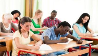 <p style=text-align: justify;>En 2010 los matriculados en universidades públicas eran 80.000, mientras que en 2014 son 92.000 los que están inscriptos gracias al apoyo económico que reciben los centros educativos por parte del <strong>Fondo Especial para la Educación Superior</strong> (FEES).</p><p style=text-align: justify;></p><p style=text-align: justify;></p><p style=text-align: justify;><strong>Lee también</strong><br/><a style=color: #ff0000; text-decoration: none; title=Sigue toda la actualidad universitaria a través de nuestra página de FACEBOOK href=https://www.facebook.com/universiacostarica>» <strong>Sigue toda la actualidad universitaria a través de nuestra página de FACEBOOK</strong></a> <br/><a style=color: #ff0000; text-decoration: none; title=Visita nuestro Portal de BECAS y descubre las convocatorias vigentes href=https://becas.universia.cr/CR/index.jsp>» <strong>Visita nuestro Portal de BECAS y descubre las convocatorias vigentes</strong></a></p><p style=text-align: justify;></p><p style=text-align: justify;></p><p style=text-align: justify;>Las universidades percibieron ¢359.000 millones de las arcas públicas con el fin de poder mejorar el ingreso de la educación superior, atendiendo las carencias que tenía cada institución.</p><p style=text-align: justify;></p><p style=text-align: justify;>La prioridad de aquí en más para las universidades públicas serán los estudiantes de las zonas de menor desarrollo dentro del país. Una alternativa que se maneja para afrontar la situación es la de abrir nuevas carreras en algunas regiones.</p><p style=text-align: justify;></p><p style=text-align: justify;>Por su parte, la <strong><a href=https://estudios.universia.net/costarica/institucion/universidad-costa-rica target=_blank>Universidad de Costa Rica</a></strong>(UCR) ya tiene pensados cambios en su sistema de admisión. De los cupos disponibles reservará 400 para alumnos que provengan de colegios. Actualmente este grupo de jóvenes representa, aproximadamente,