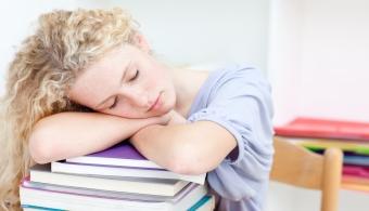 <p style=text-align: justify;>Estudio, estudio y más estudio es lo que se precisa para lograr un buen desempeño académico. Pero ¿qué sucede cuándo el <strong>estrés</strong> provocado por la vida académica empieza a incidir en tu vida diaria? Con el fin de que esto no suceda, a continuación te damos algunos<strong> consejos</strong>.</p><p></p><p><strong>Lee también</strong><br/><a style=color: #ff0000; text-decoration: none; title=Las 4 estrategias para combatir el estrés href=https://noticias.universia.com.ar/en-portada/noticia/2012/07/17/951362/4-estrategias-combatir-estres.html>» <strong>Las 4 estrategias para combatir el estrés</strong></a><br/><a style=color: #ff0000; text-decoration: none; title=6 consejos de Bill Gates para los emprendedores href=Científicos demuestran que hacer yoga reduce el estrés y retrasa el envejecimiento>» <strong>6 consejos de Bill Gates para los emprendedores</strong></a></p><p style=text-align: justify;></p><h4 style=text-align: justify;>>> Estudiá en grupo</h4><p style=text-align: justify;>No importa cuánto tiempo estudies, si no lo hacés de una manera afectiva, no verás los resultados. Sería bueno que probaras estudiar en grupo para<strong> preparar los exámenes y las entregas en tiempo y forma</strong>, y para entender mejor el material de cada asignatura. En caso de que esto no funcione, deberías cambiar tus hábitos de estudio.</p><h4 style=text-align: justify;></h4><h4>>> Pedí ayuda</h4><p style=text-align: justify;>No siempre tendrás la posibilidad de entender con rapidez todo lo que te enseñan tus profesores, por lo que no debés dudar en buscar ayuda en tus mismos profesores o en tus compañeros de clase. Seguramente estén dispuestos a tenderte una mano.</p><h4 style=text-align: justify;></h4><h4 style=text-align: justify;>>> No se puede cumplir con todo</h4><p style=text-align: justify;>Hay algo que es clave: si no estudiás, no te vas a graduar. Esto significa que en algunas oportunidades deberás <strong>dejar de realizar al