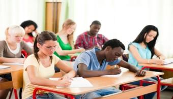 """<p style=text-align: justify;>La <strong><a title=Universidad Don Bosco href=https://www.universia.com.sv/universidades/universidad-don-bosco/in/37182>Universidad Don Bosco</a></strong>y el Fondo de Contrapartidas para el Desarrollo Local de<strong> Soyapango FONDESOY</strong> permitirán cumplir el sueño de culminar su carrera profesional a dos estudiantes de carreras técnicas de dicha casa de estudios.</p><p style=text-align: justify;></p><p><br/><span style=color: #0000ff;><a style=color: #ff0000; text-decoration: none; title=Sigue toda la actualidad universitaria a través de nuestra página de Facebook href=https://www.facebook.com/pages/Universia-El-Salvador/452458478107950><span style=color: #0000ff;>» <strong>Sigue toda la actualidad universitaria a través de nuestra página de Facebook</strong></span></a></span></p><p><a style=color: #ff0000; text-decoration: none; title=Visita nuestro portal de Becas y descubre las convocatorias vigentes href=https://becas.universia.com.sv/>» <strong>Visita nuestro portal de Becas y descubre las convocatorias vigentes</strong></a></p><p></p><p style=text-align: justify;></p><p style=text-align: justify;>Gracias al<strong> Fondo de becas FONDESOY</strong>, los jóvenes podrán realizar sus estudios de educación superior en la UDB. Este apoyo<strong> cubrirá el 50% de los gastos</strong> correspondientes a la carrera.</p><p style=text-align: justify;></p><p style=text-align: justify;><em>""""Dentro de los objetivos y fines de FONDESOY está <strong>apoyar a los estudiantes en la formación profesional</strong>""""</em>, afirmó <strong>Guillermo Mata</strong>, gerente técnico del fondo de becas. Asimismo aseguró que una de las características que este programa tiene es que se apoya a estudiantes con <strong>buen rendimiento académico</strong>, con modestos recursos económicos y sobre todo que pertenezcan al municipio de Soyapango.</p><p style=text-align: justify;></p><p style=text-align: justify;><em>""""De esta forma estamos contribuyendo a """